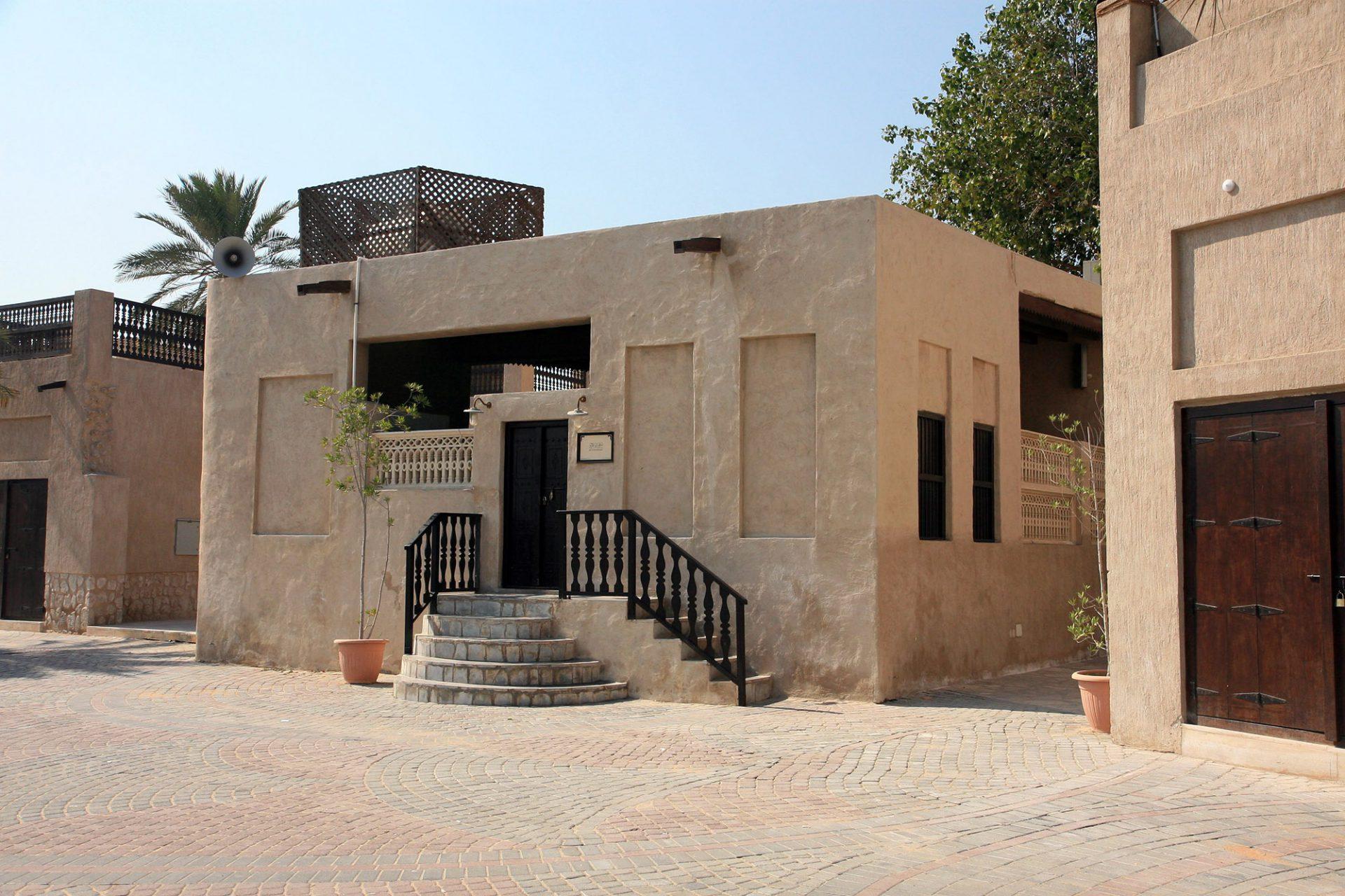 Bin Zayed Mosque. Die erste Moschee in Al Shindagah wurde 1964 auf nur 125 Quadratmetern errichtet.