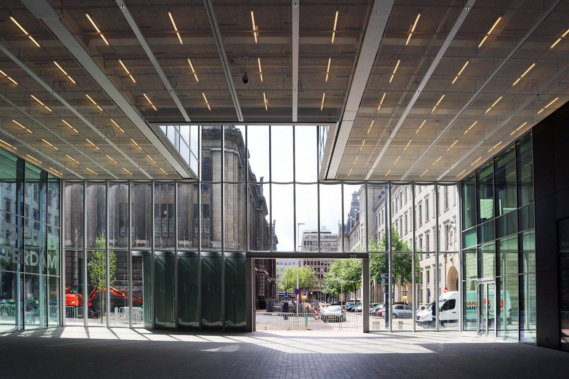 Timmerhuis. Im Erdgeschoss öffnet sich eine öffentliche Passage der Stadt. Atrien und Leerräume lassen den Bau auch im Inneren leicht, licht und luftig wirken.