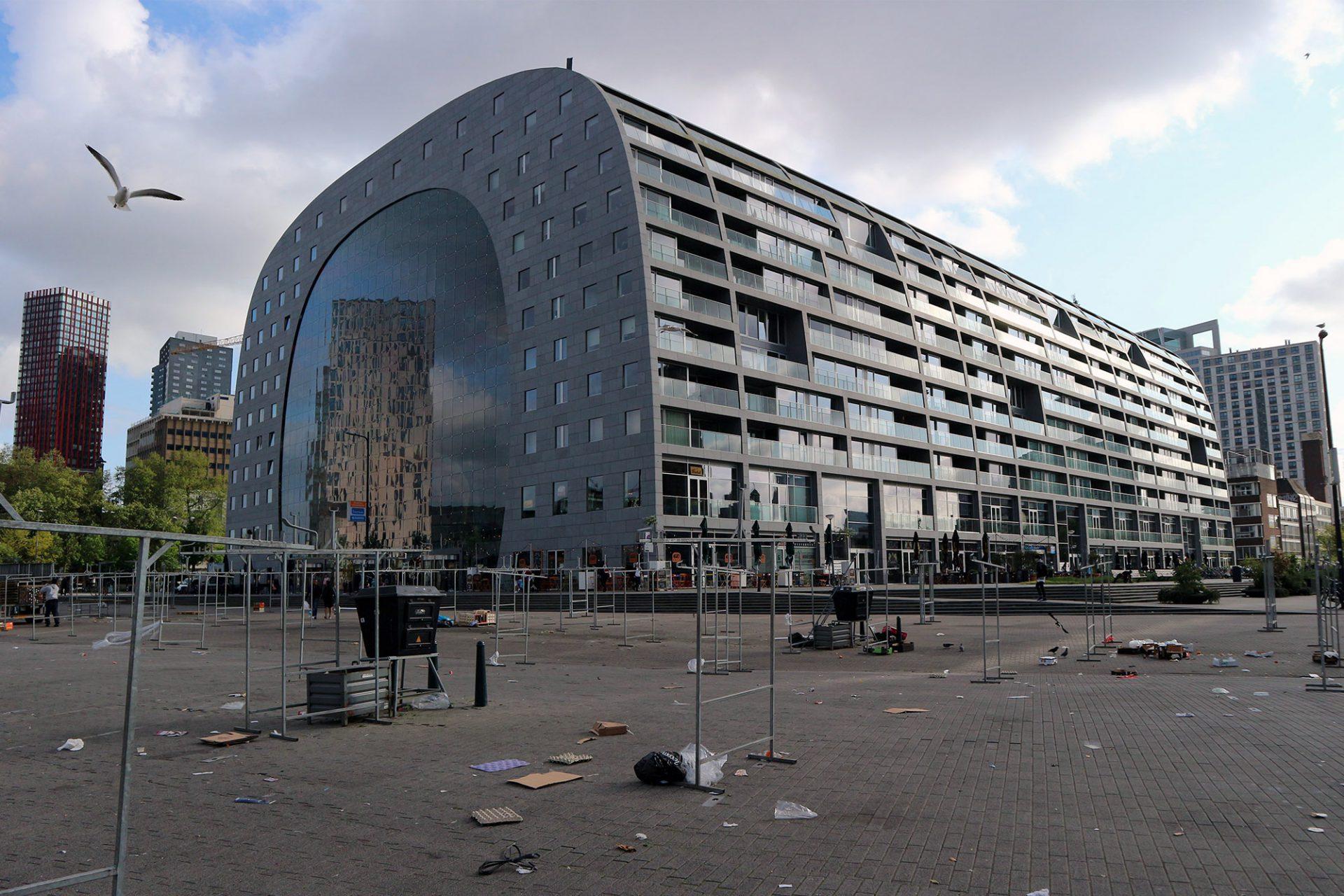 Markthal. Außen Wohnungen, innen Obst. Die neue Markthalle ist 120 m lang, 70 m breit und 40 m hoch.