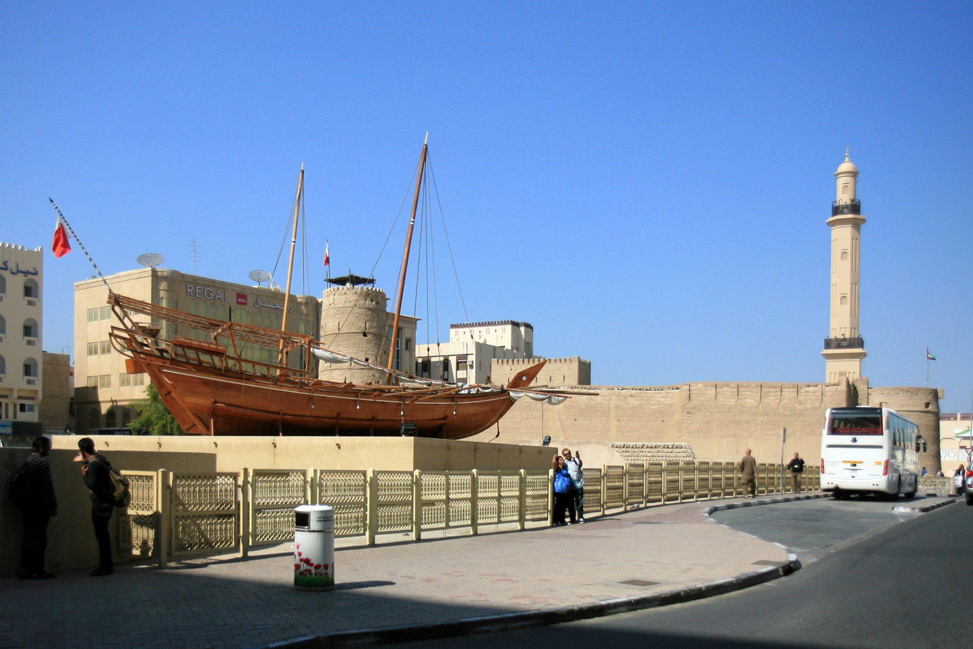 Al Fahidi Fort. Das 1799 aus Lehmziegeln erbaute Al Fahidi Fort ist die älteste Befestigungsanlage der Stadt und beheimatet heute das Dubai Museum.