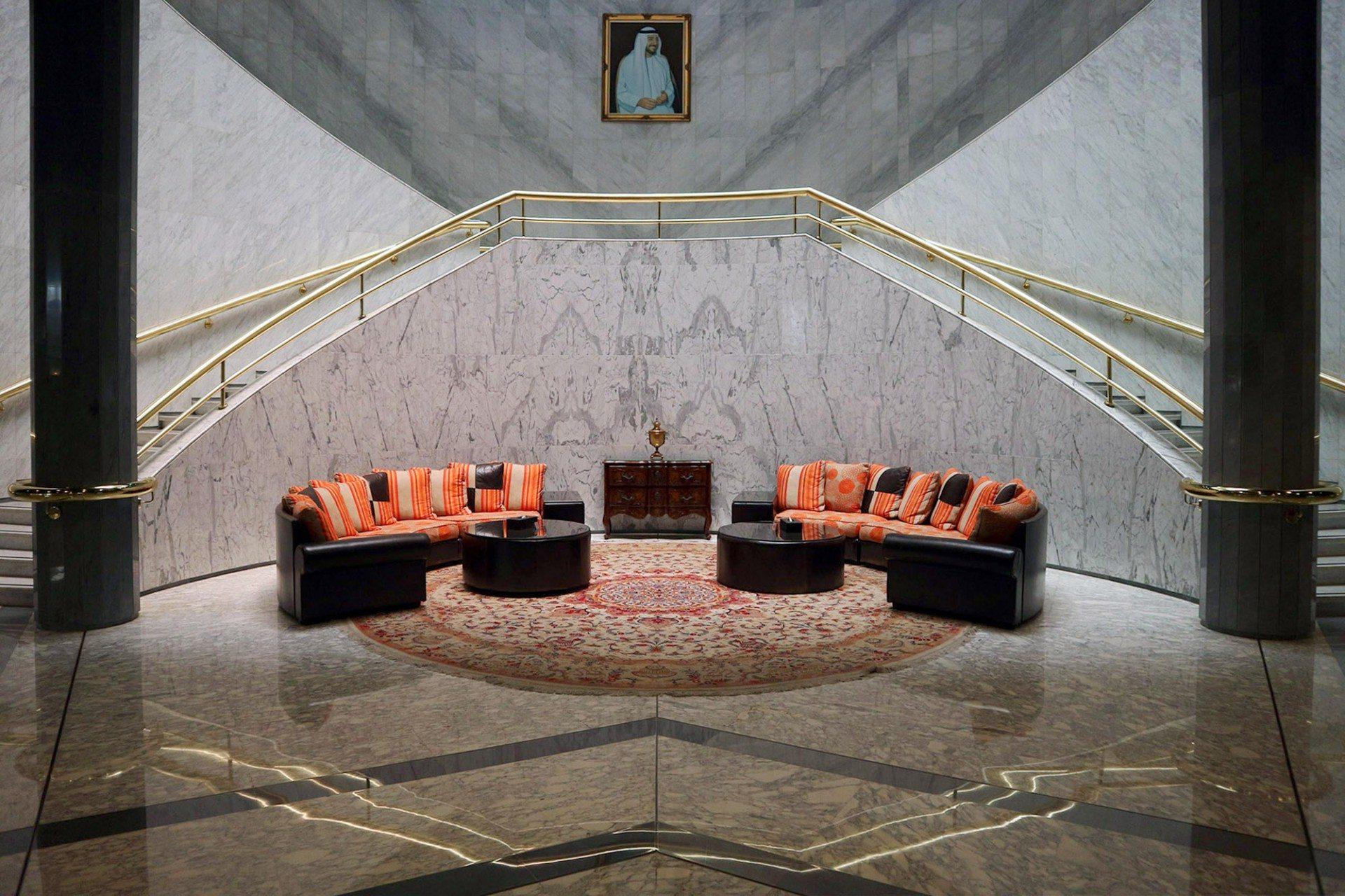 """Entspannt. Im Eingangsbereich der """"Maziad Hall"""" in der dritten Etage des Hauptgebäudes."""