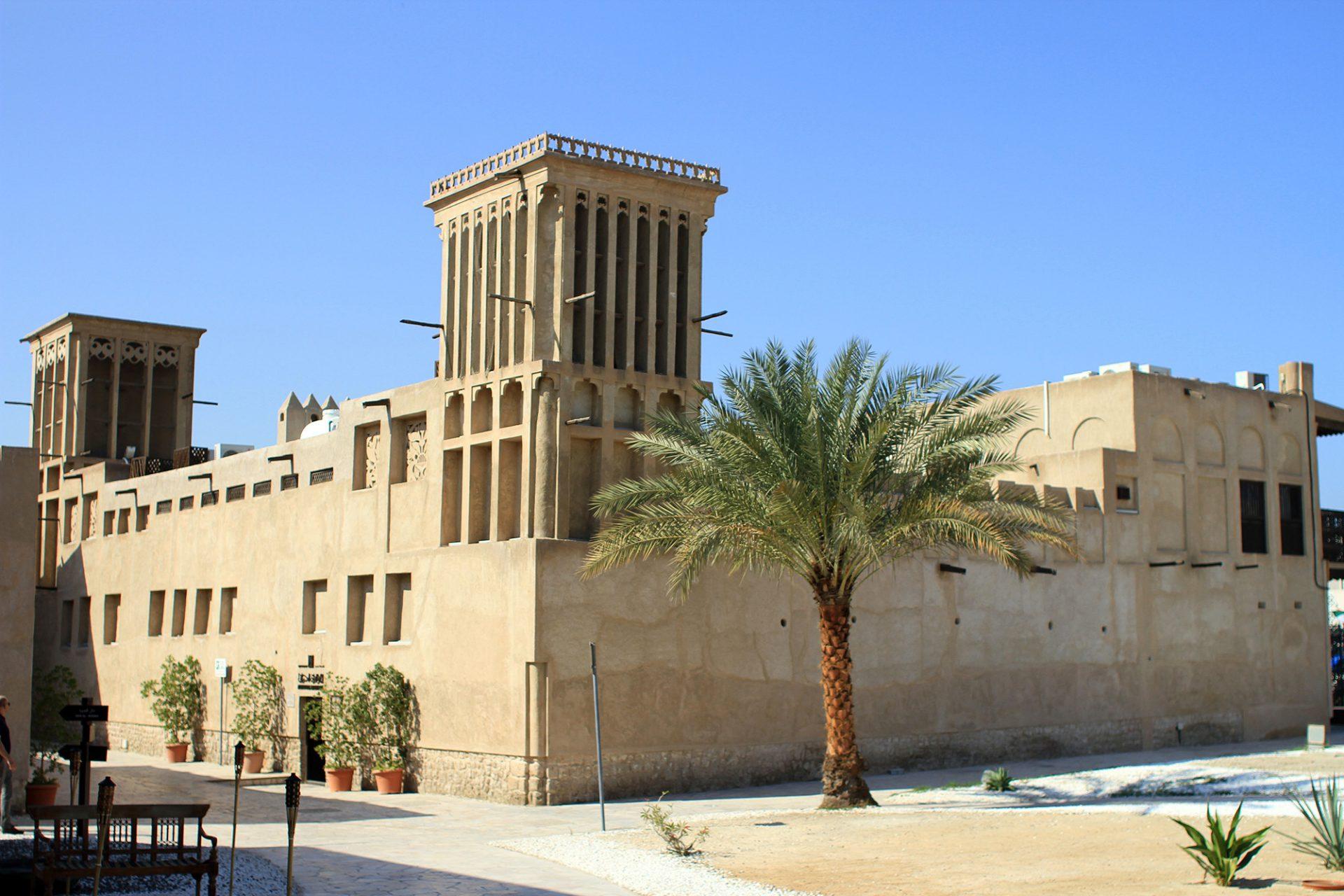 Sharif Sultan Al Ulama House. Das 1930 im Auftrag von Mohammad Sharif Sultan Al Ulama, dem damaligen Dubaier Handelsrichter, errichtete Haus beherbergt heute die Historical Buildings Section und informiert über die Entwicklung von Al Bastakiya. Es wurde 1997 von der Dubai Municipality renoviert.