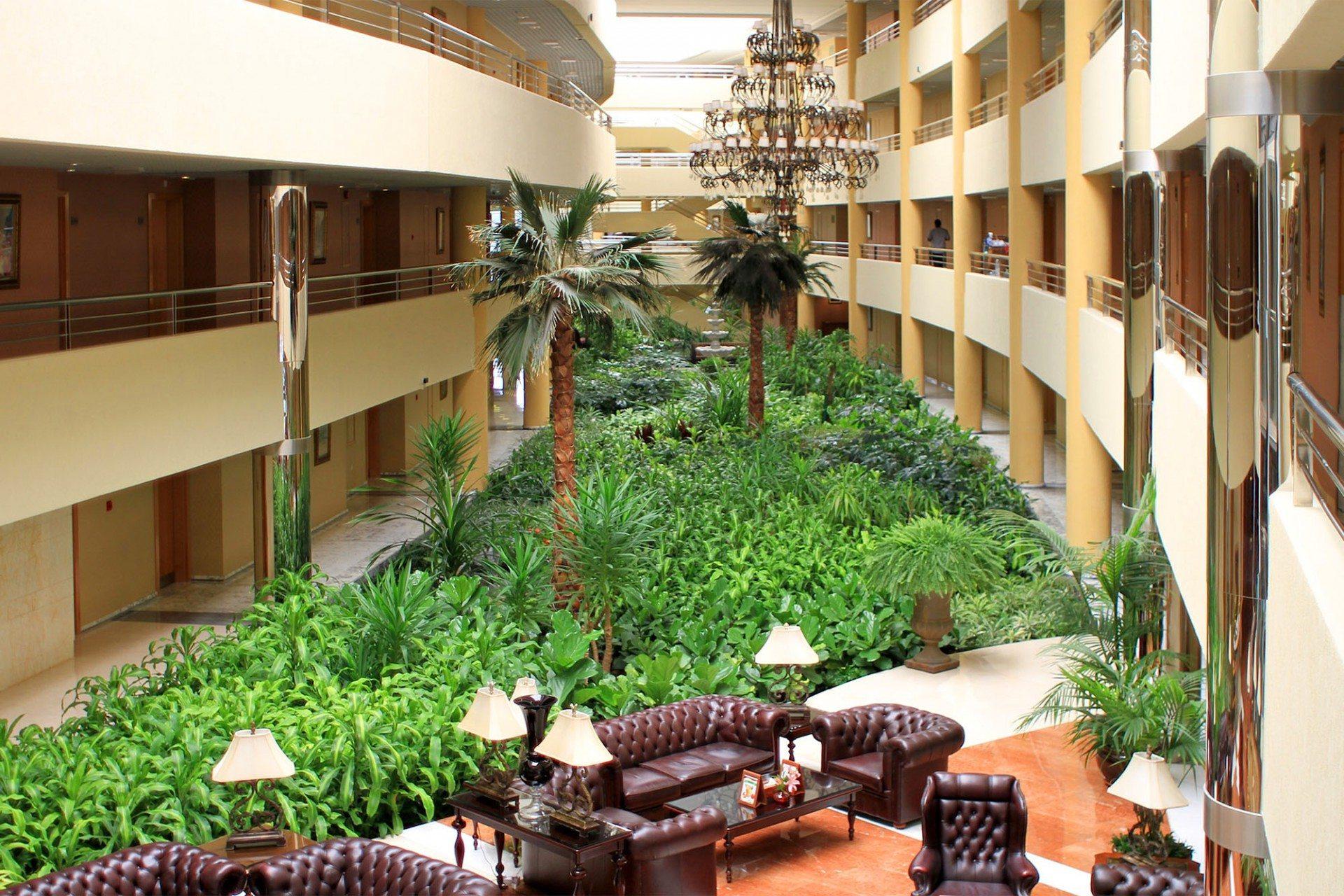 Saftig. 142 Pflanzenarten verwandeln die Hotellobby im Westflügel in einen knallgrünen Garten. Die schweren Ledersofas sind genau richtig für eine Siesta auf arabisch mit Datteln und Qahwa.
