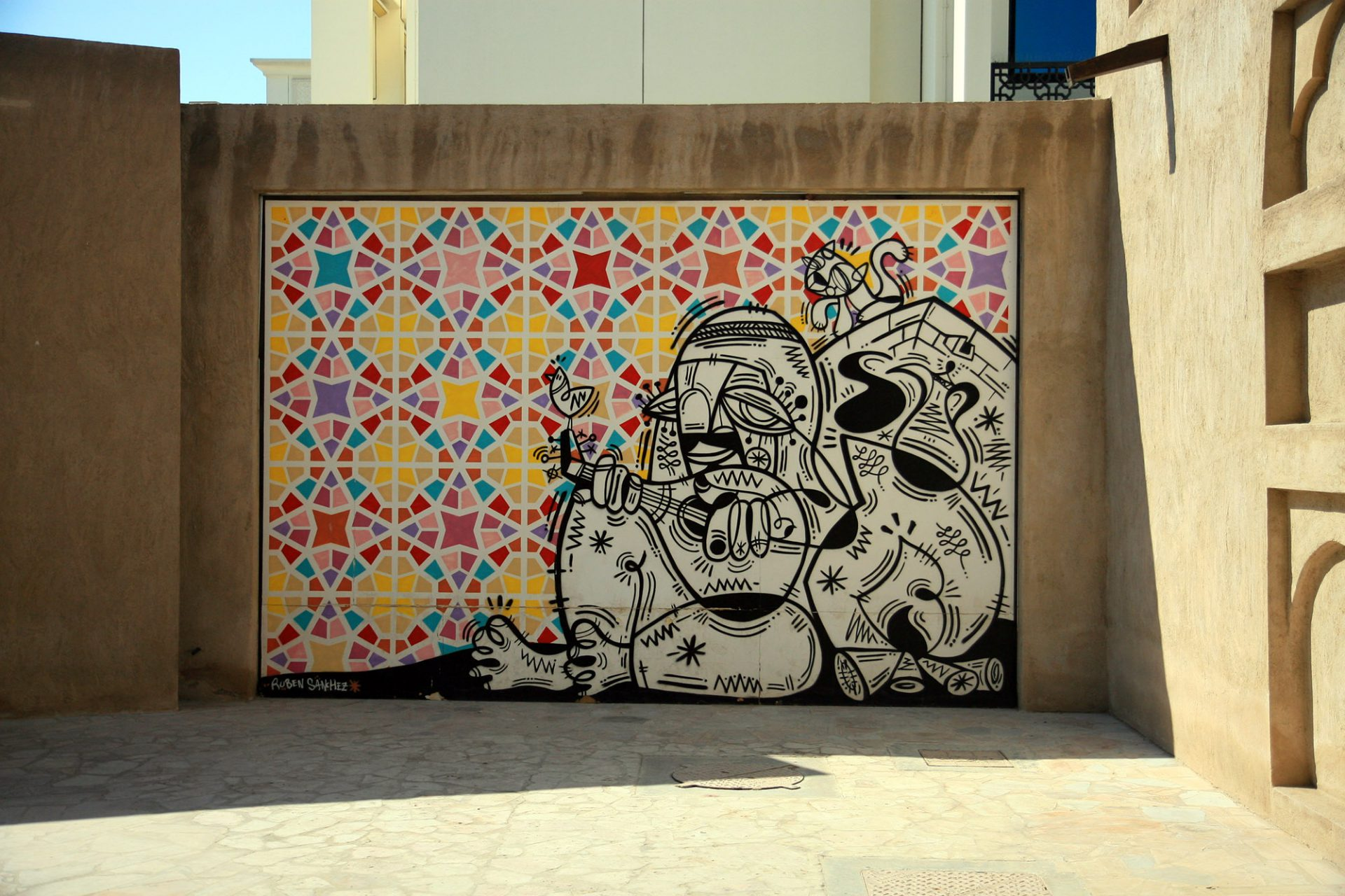 Al Bastakiya. ... sondern auch ein beliebtes Kunstquartier, in dem Dubaier Architekturgeschichte auf zeitgenössische Kunsträume trifft.