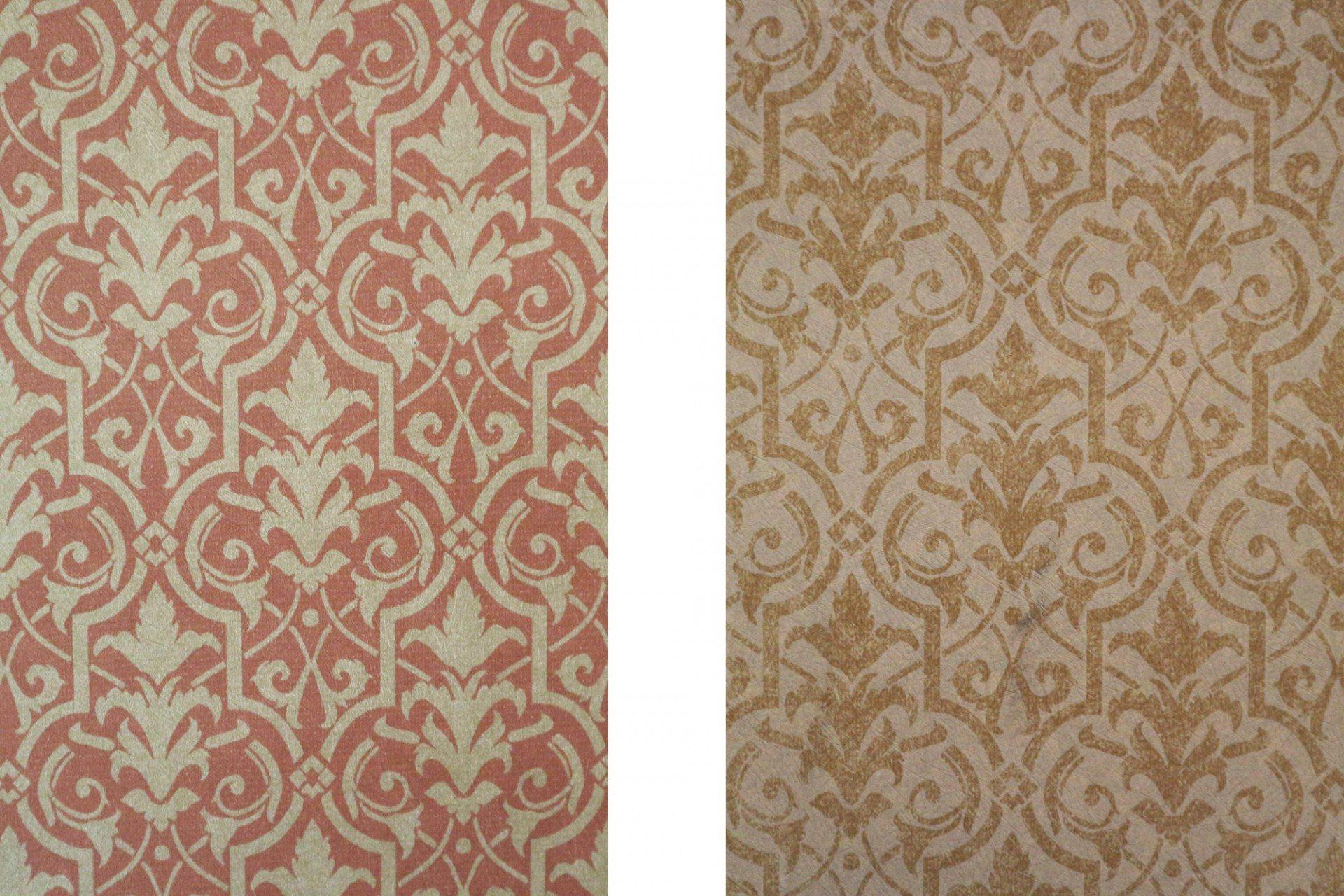 Textil.  Die Wände sind mit fein gemusterten Stoffen bespannt.