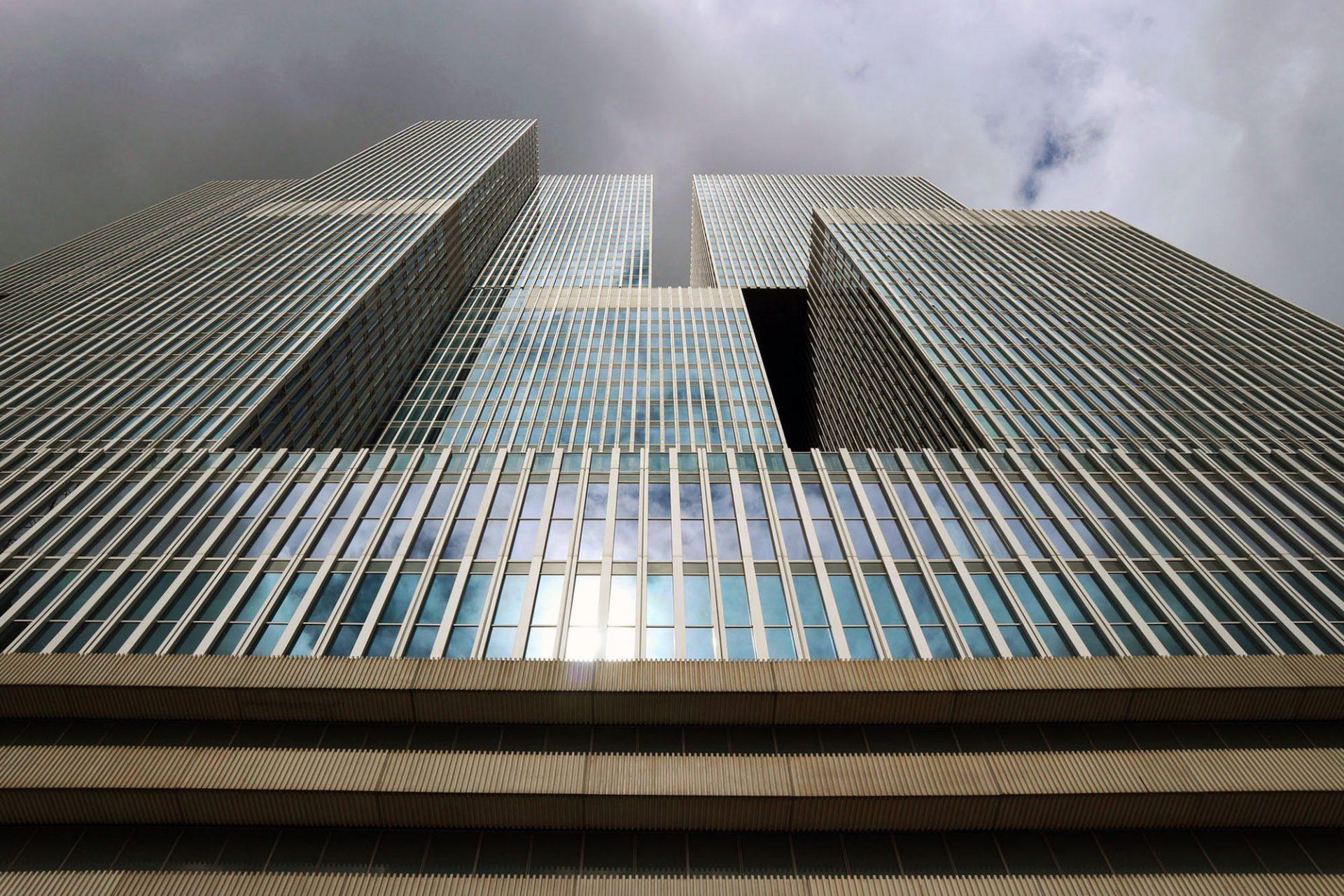 De Rotterdam.  Wie gestapelte Container türmt sich die Gebäude-Phalanx in die Höhe.