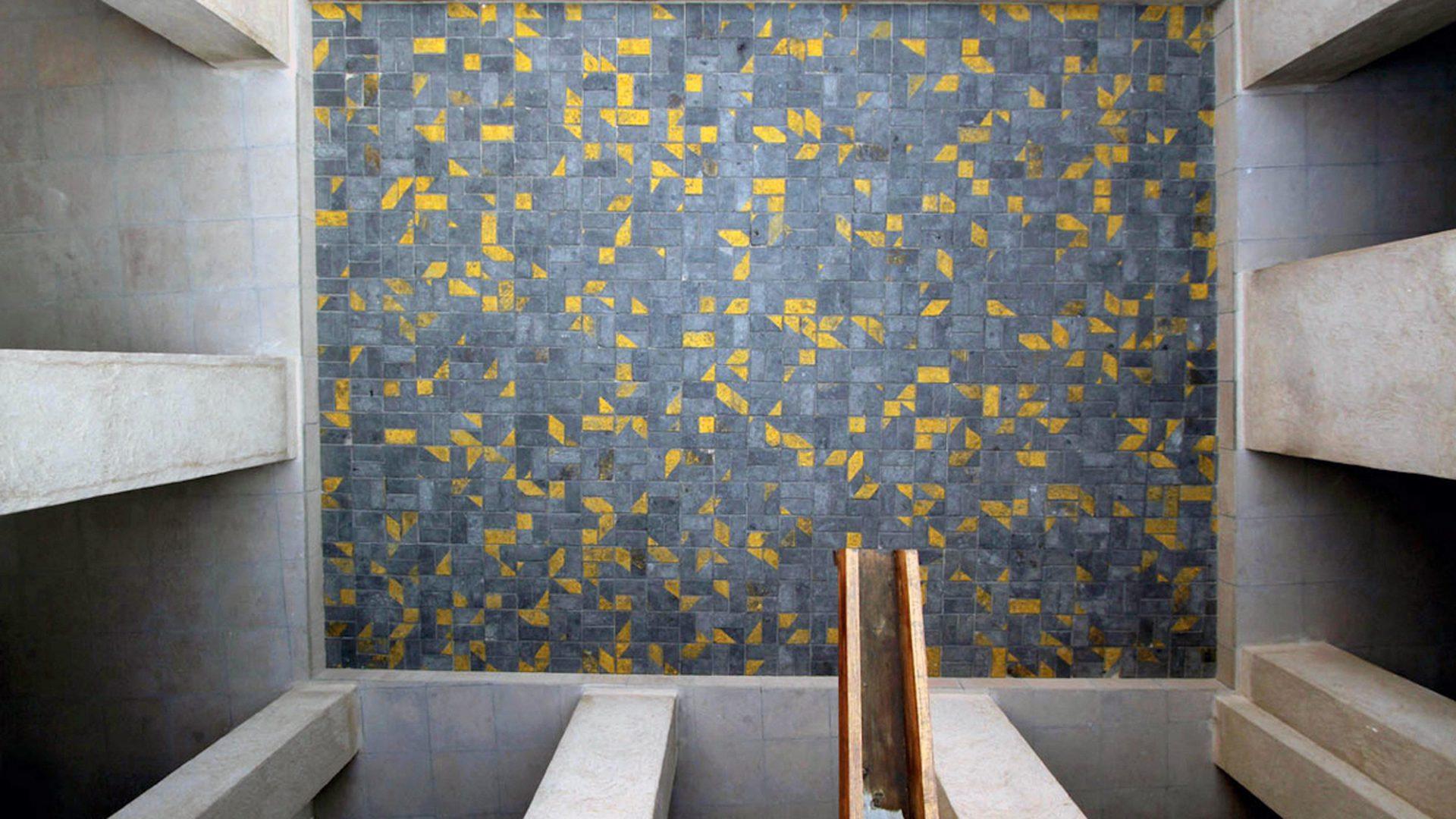 """""""Degenerative Disarrangement"""".  Straßenreparaturen werden in Dubai, wie so vieles in der Metropole, unter großem Zeitdruck erledigt. Es kommt zu Fehlern. Schon ein einziger Pflasterstein, falsch eingesetzt, kann die gesamte Struktur durcheinander bringen. Für Dubai's Ordnungsliebe ein No-Go, für den in Beirut geborenen indischen Künstler Vikram Divecha eine Einladung zur Schaffung seiner prämierten Installation im Innenhof von Haus 33 in Al Bastakiya."""