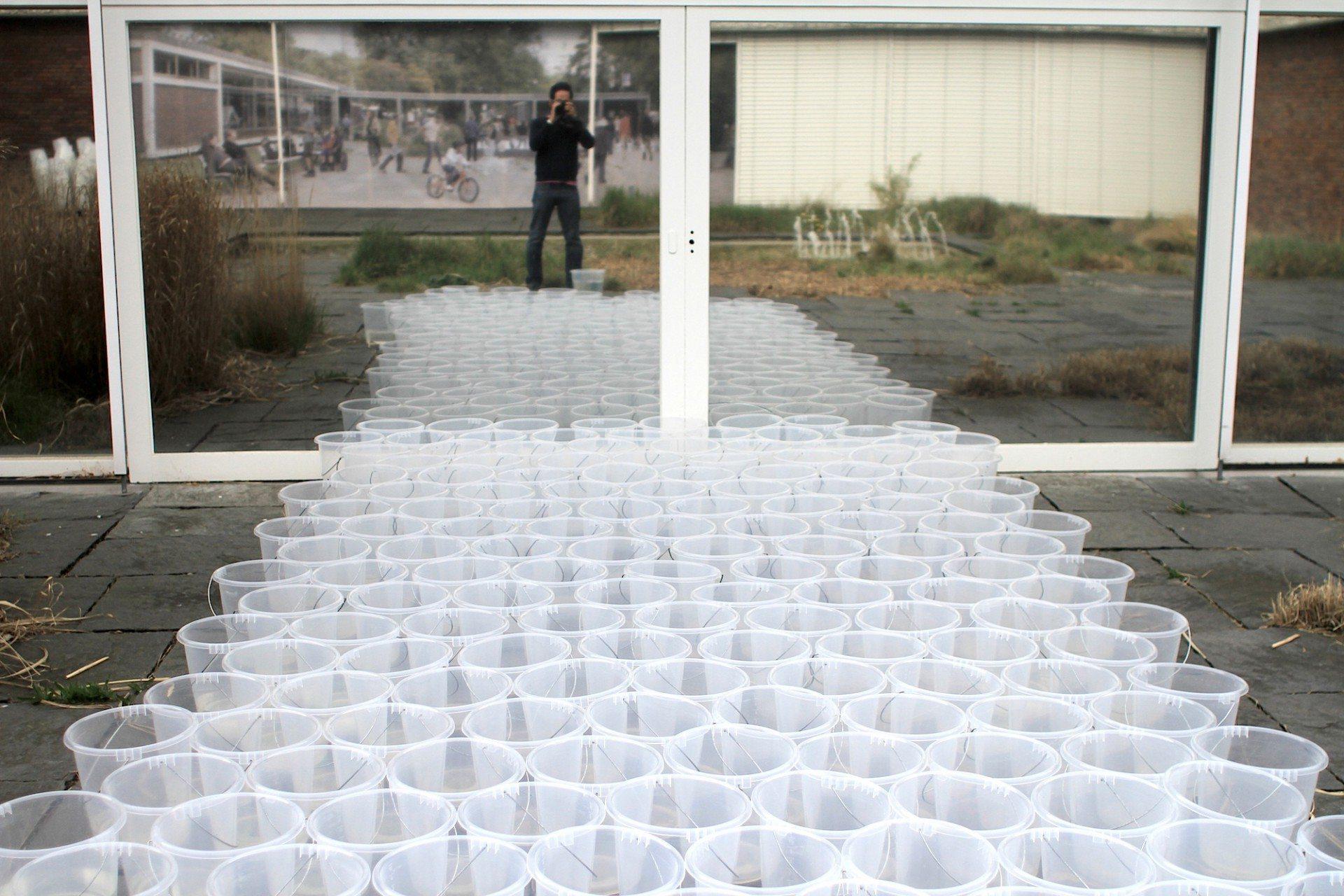 """Plastik. """"Present People"""" ist im Abschnitt """"Junge Akademie"""" zu sehen und thematisiert das Luxusgut Wasser und den Eingriff der Gesellschaft in den öffentlichen Raum."""