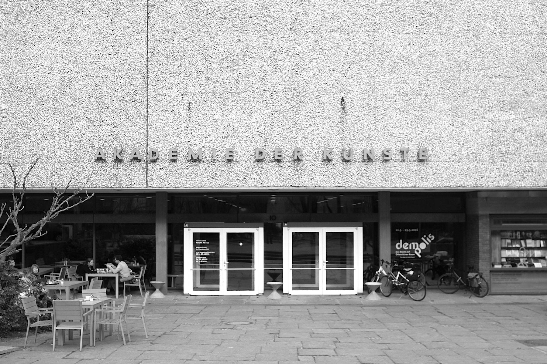 Eingang. Akademie der Künste, Hanseatenweg 10, Berlin-Tiergarten –Architekt Werner Düttmann.