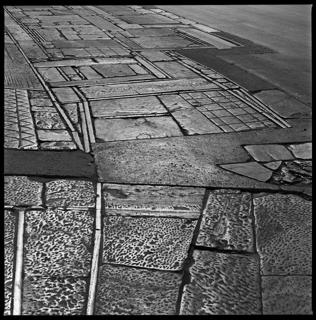 """Sensibel. Der Fußweg zur Akropolis des griechischen Architekten Dimitris Pikionis wird im Ausstellungskatalog als """"opus magnum"""" beschrieben: """"Indem er ein Netzwerk von Pfaden und kleinen Bauwerken anlegte, das die Topografie des Ortes sowohl verwandelte als auch ergänzte, schuf der Architekt von 1951 bis 1957 eine bedeutende Intervention im Zentrum Athens."""" Seite 140"""