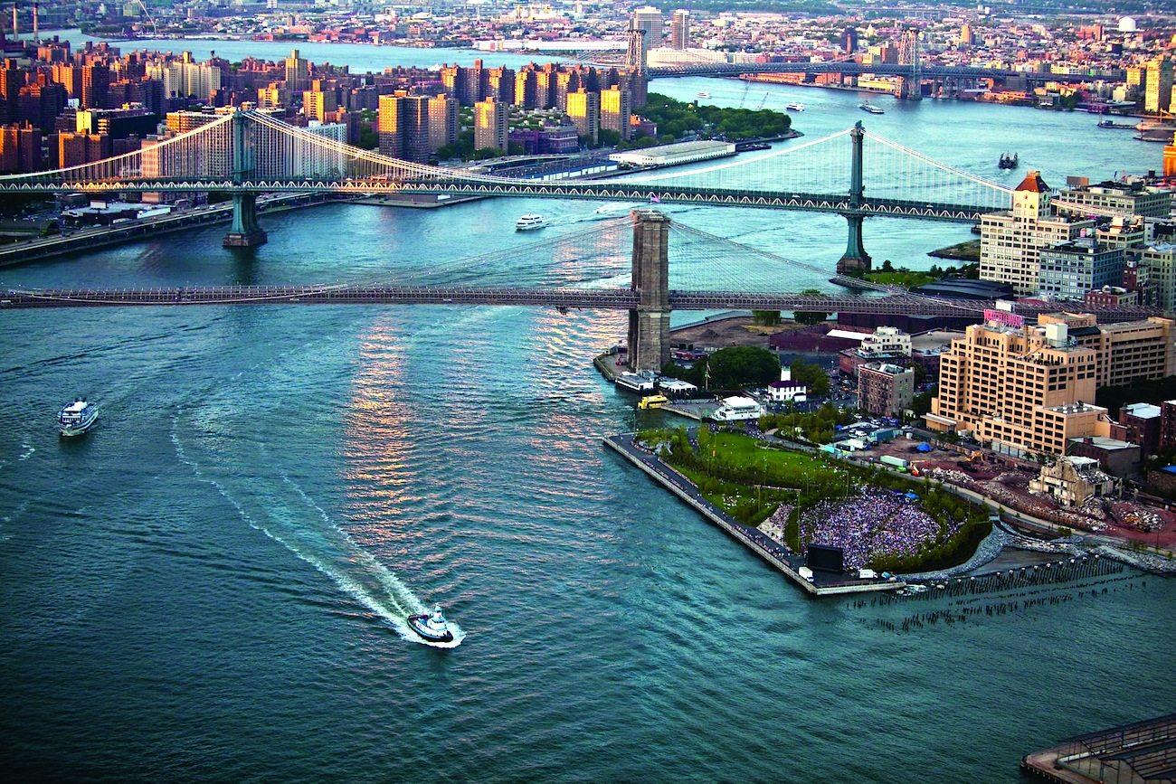 """Neubelebung. Brooklyn Bridge Park. Gestaltung von MVVA. """"In einer Stadt, in der ein Mangel an Freiflächen herrscht, beweist der Brooklyn Bridge Park auf beispielhafte Weise die Fähigkeit der Landschaftsarchitektur, bisher eingeschränkt zugängliche Gebiete neu zu beleben und für eine öffentliche Nutzung zu adapiteren."""" Aus dem Ausstellungskatalog, Seite 176"""