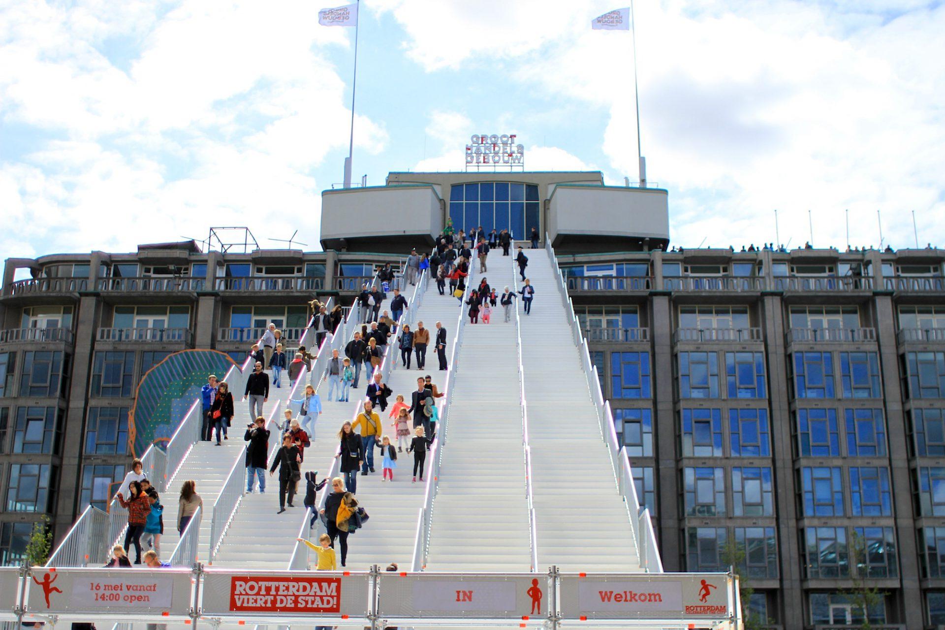 """Treppengänger.  29 m hoch, 57 m lang und 180 Stufen: """"The Stairs"""" bzw. """"DeTrap"""", im Auftrag von """"Rotterdam celebrates the city!"""""""