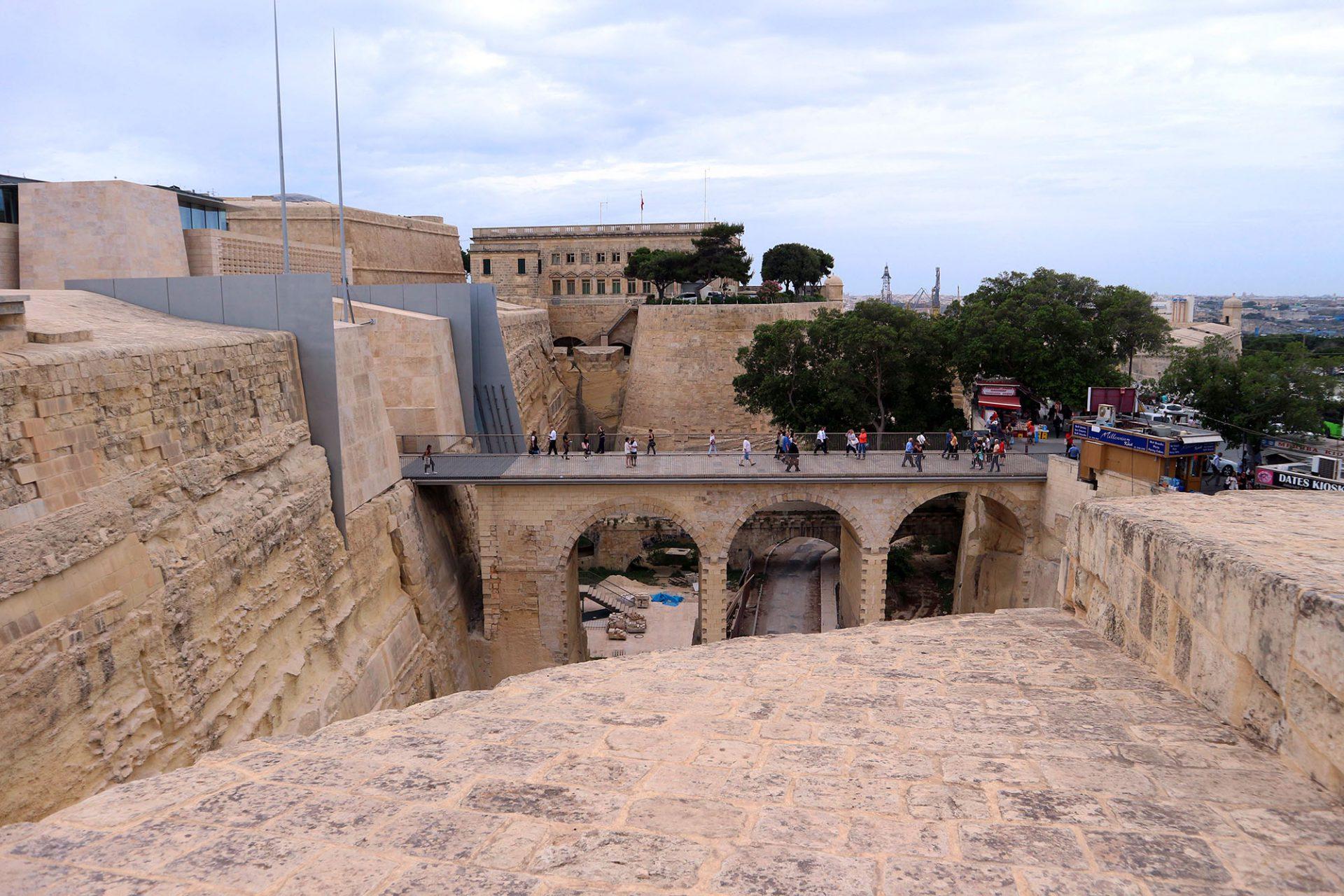 Klar. Vier scharfkantige Stahlplatten schneiden durch die historische Festungsanlage und setzen einen klaren Schnitt zwischen neuem und altem Mauerwerk.