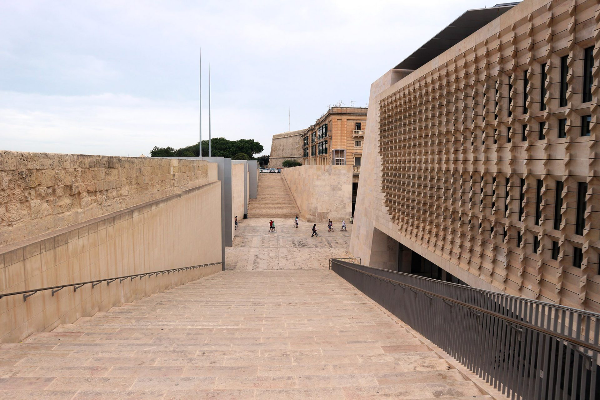 Luftig.  Zu beiden Seiten des neuen Stadttores führen breite Treppenanlagen auf die Bastionen.