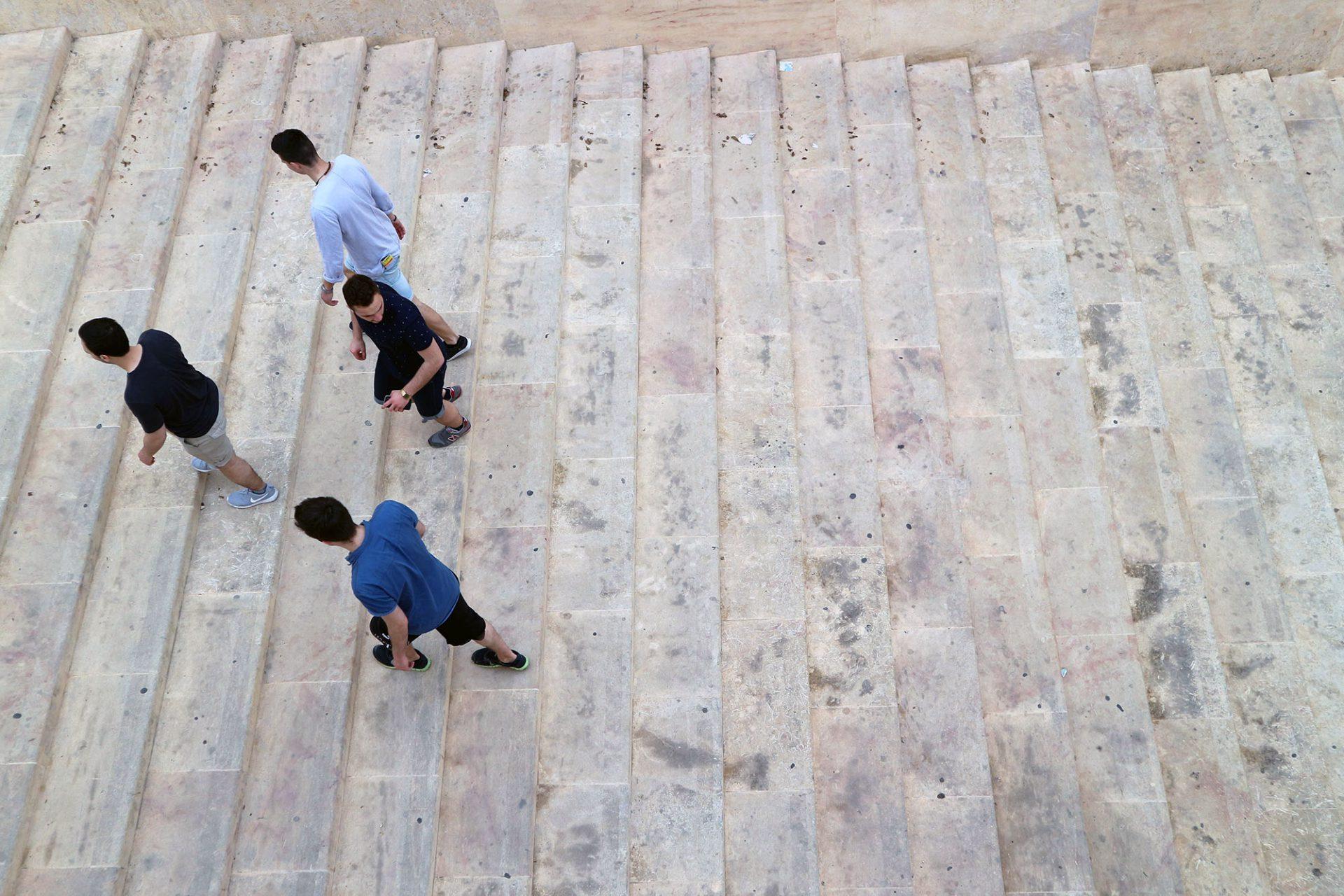Breit. Begegnungen auf den Treppenanlagen.