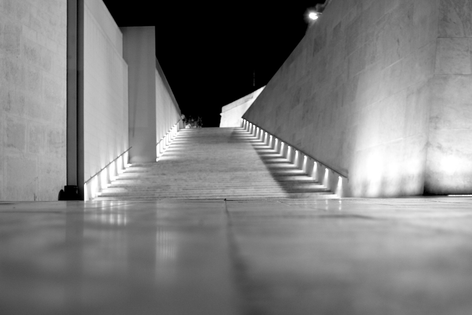 Perspektivisch. Die Abend- und Nachtbeleuchtung akzentuiert das klare, luftige Renzo Piano-Konzept.