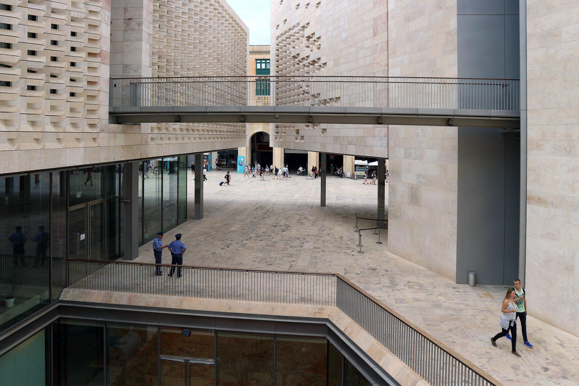 Eingerahmt. Die Blöcke umschließen einen keilförmigen Innenhof in Anlehnung an Maltas traditionelle Wohnhäuser.