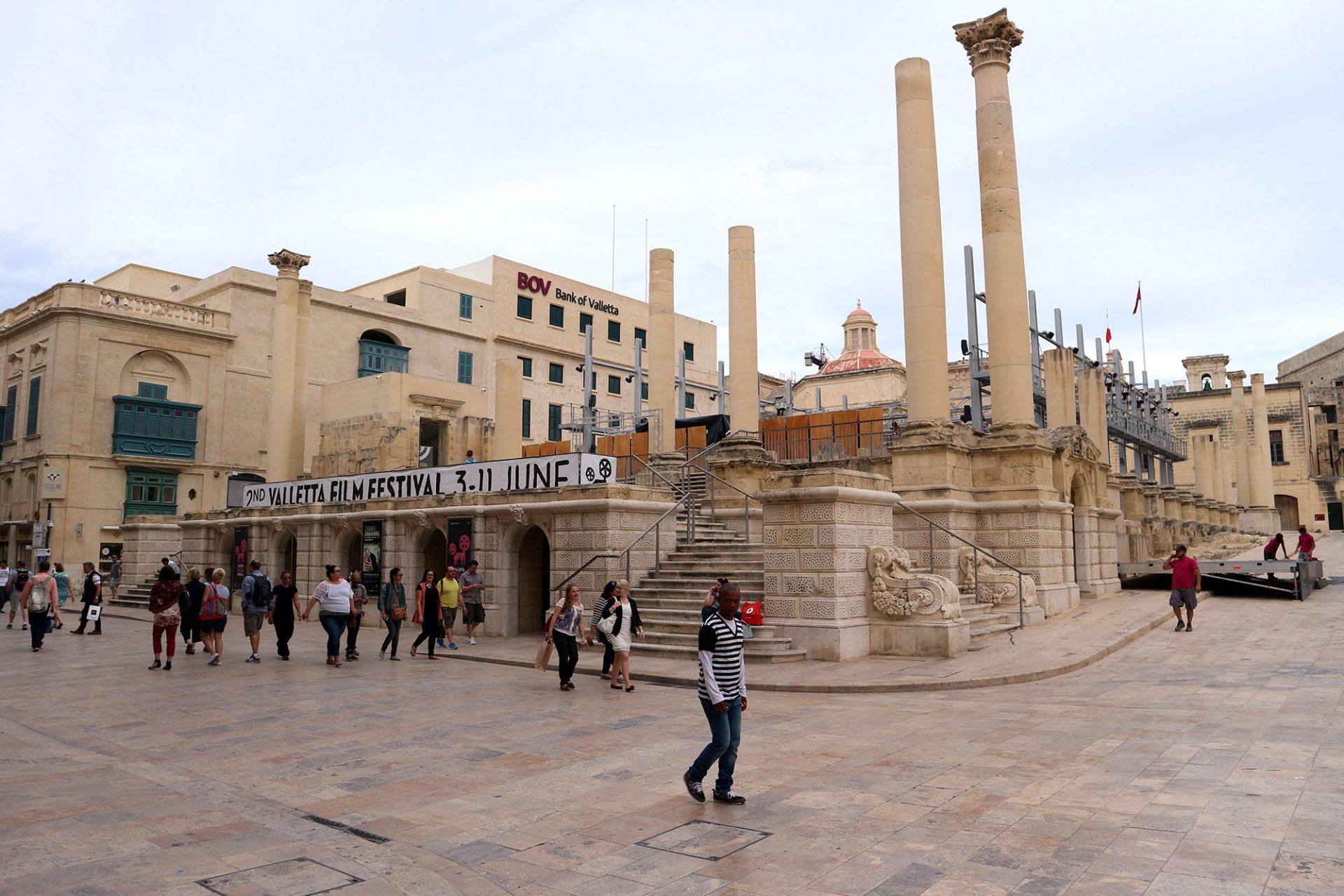 Exponiert. Das Theater sollte zunächst wiedererrichtet werden. Schließlich entschied man sich für Renzo Pianos Variante, einer Kombination aus Ruine und Open Air Theater.