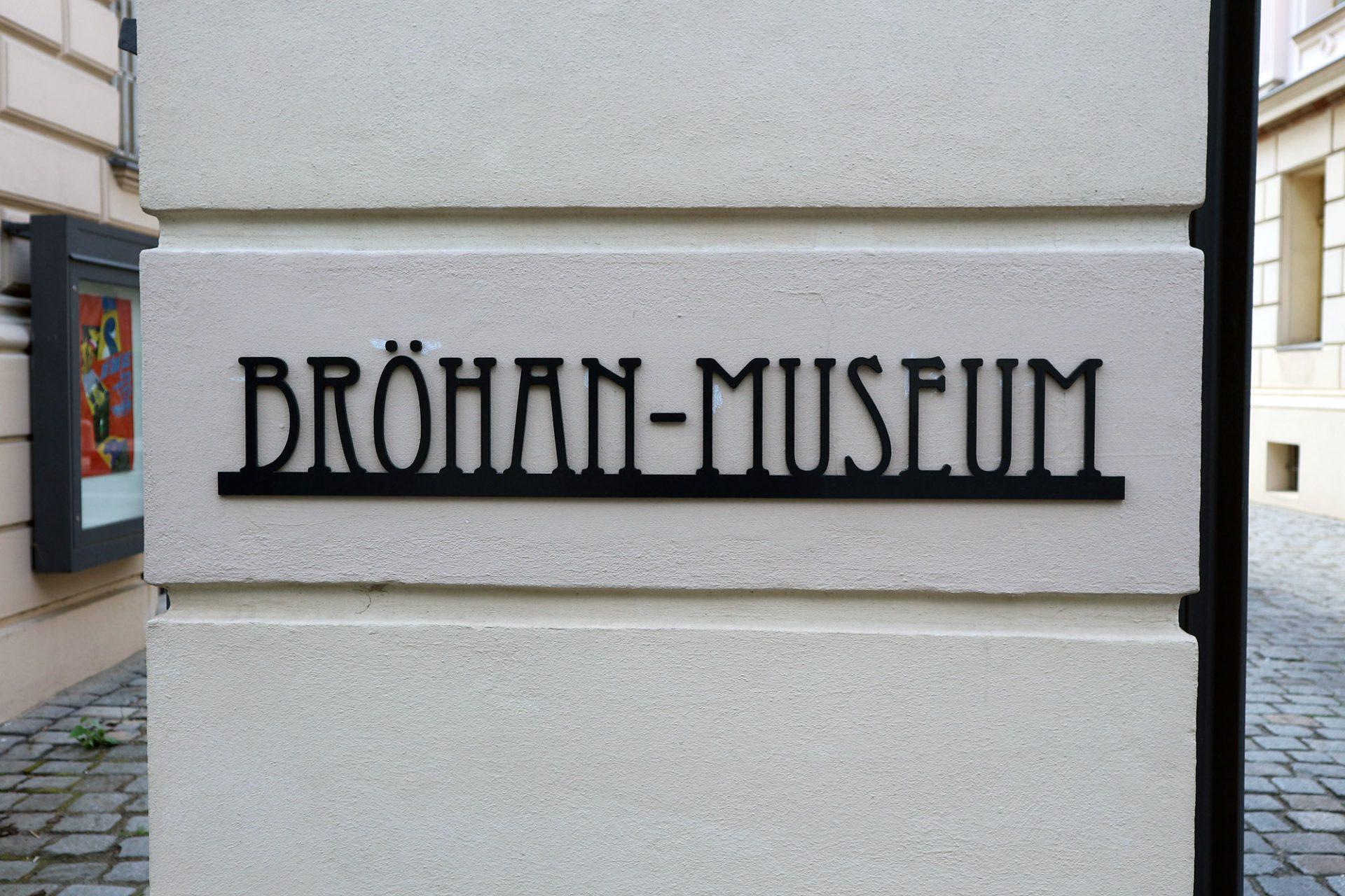Großzügig.  Das Museum trägt den Namen seines Gründers. Karl Heinz Bröhan (1921-2000) schenkte der Stadt Berlin seine umfangreiche Privat-Sammlung an seinem sechzigsten Geburtstag. Bereits 1966 hatte er damit begonnen, Kunstwerke des Jugendstils und des Art déco zusammenzutragen.
