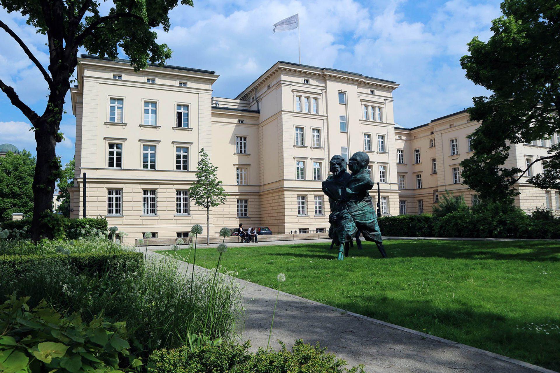 Klassizistisch.  Seit 1983 befindet sich die Sammlung in den Räumen der spät-klassizistischen Infanterie-Kasernengebäude des Charlottenburger Schlosses von 1893.
