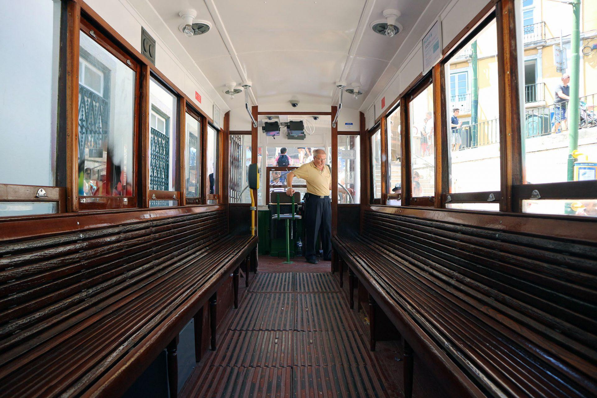 Ascensor da Gloria. Zwei lange Holzbänke bekleiden die inneren Außenwände der Bahn.