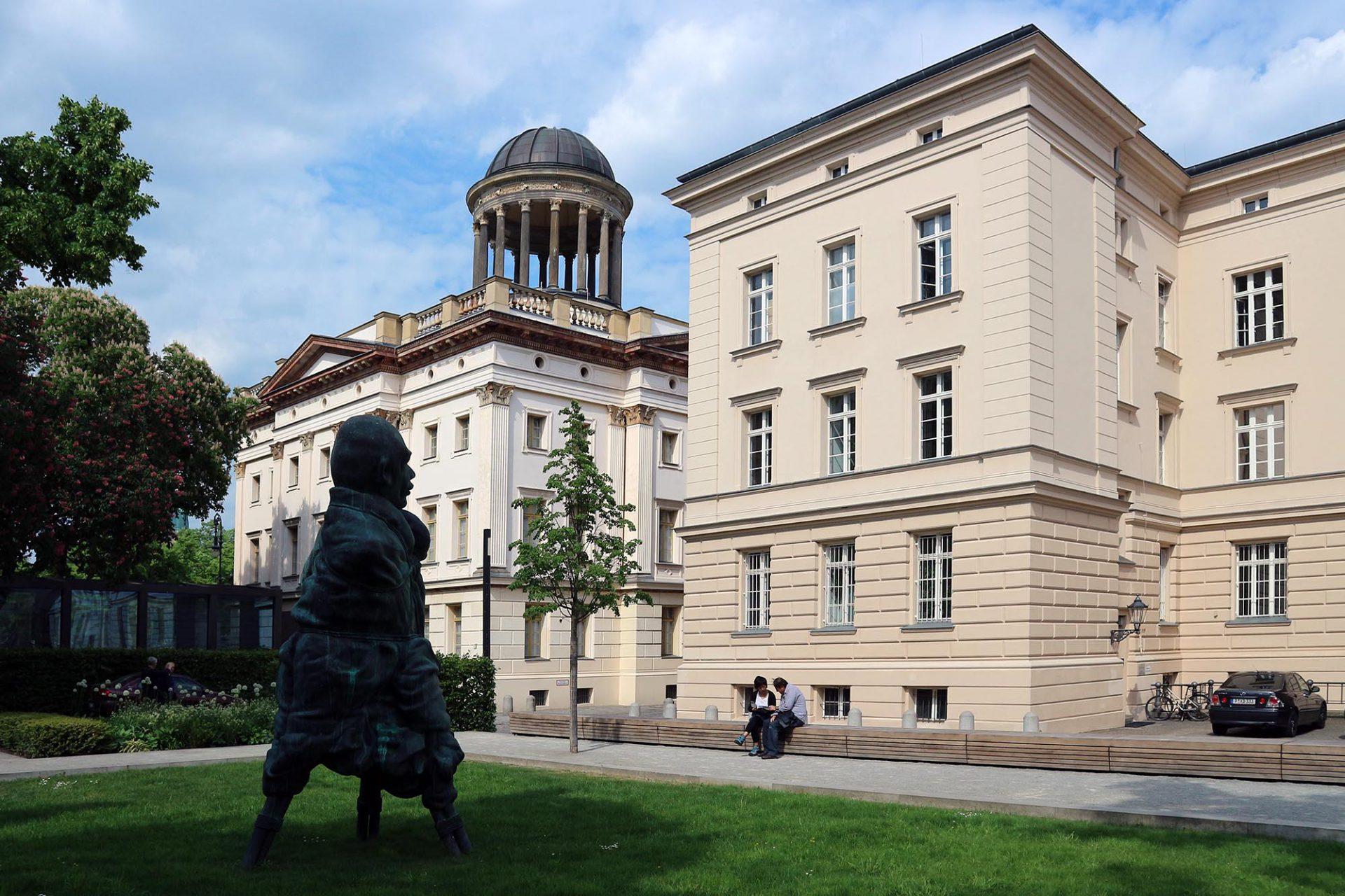 """Angrenzend.  Das Haus steht in guter Gesellschaft. In den benachbarten Kasernenbauten der """"Gardes du Corps"""" nach Entwürfen des Architekten August Stüler (1851–1859)  befinden sich zwei weitere bedeutende Privatsammlungen: das Museum Berggruen und ihr gegenüber die Sammlung Scharf-Gerstenberg."""
