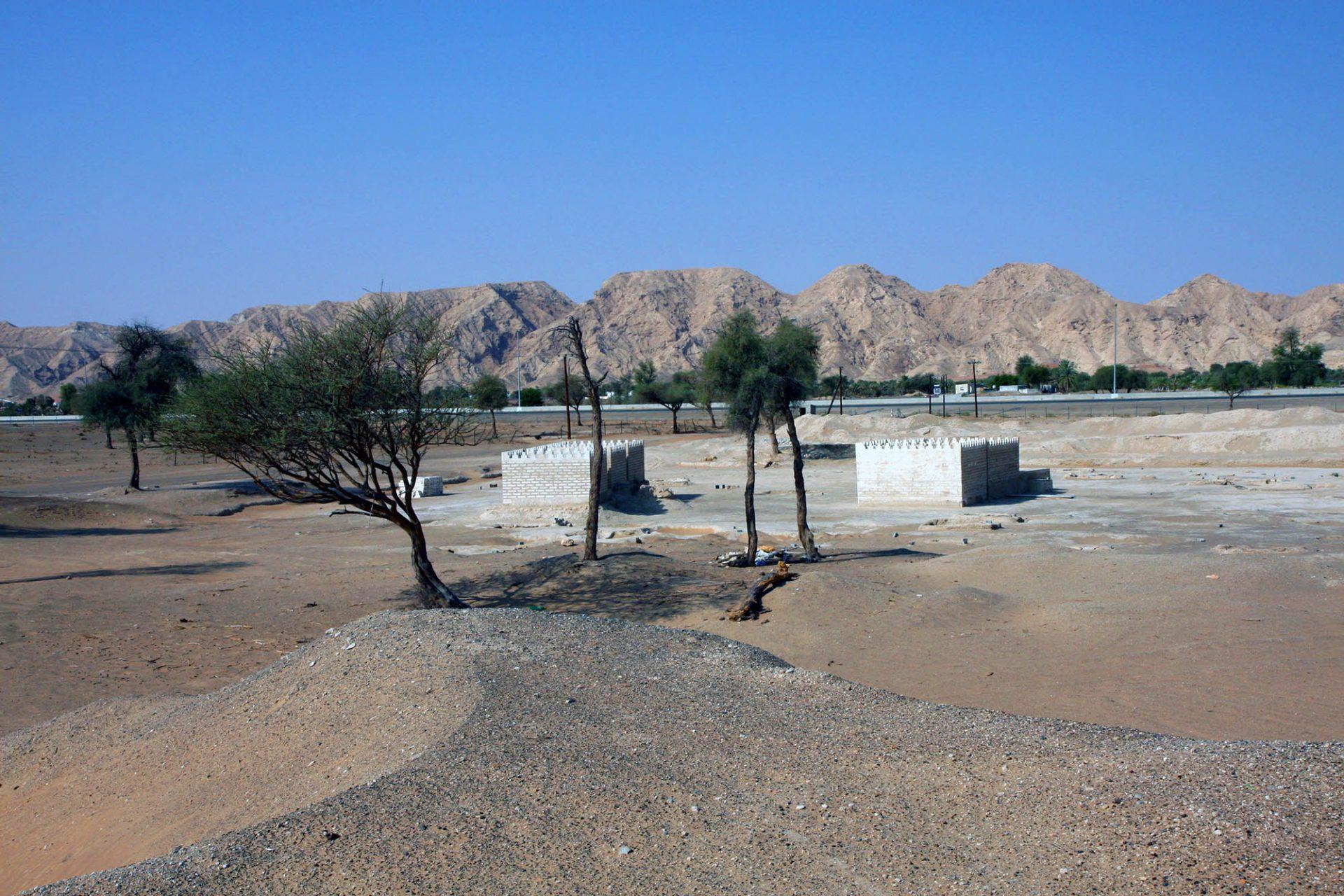 Mleiha. Am Fuße des Jebel Faya befinden sich viele archäologische Stätten, darunter ein Fort, mehrere Grabkammern und weitere Siedlungs- und Bestattungsanlagen.