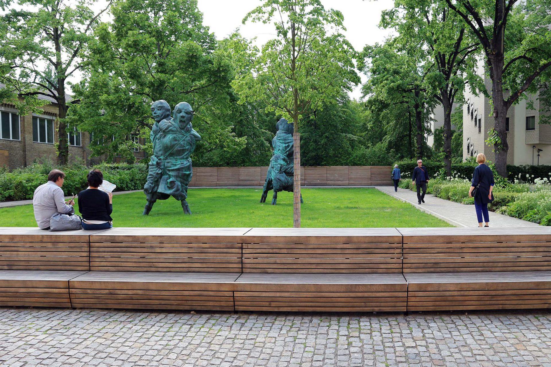 """Idyllisch.  Bröhan-Museum und Museum Berggruen umschließen einen famosen Skulpturengarten. Er wurde in Erinnerung an Berggruens Ehefrau """"Bettina Berggruen Garten"""" benannt. In seiner grünen Mitte steht die Doppelskulptur """"United Enemies"""" von Thomas Schütte."""