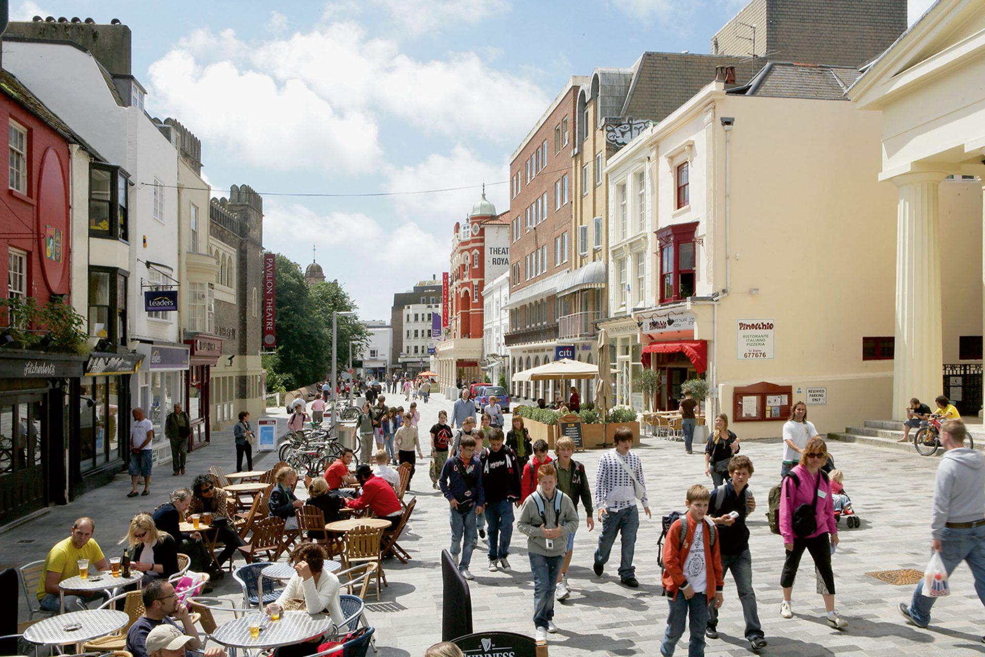 Das menschliche Maß. Seit die New Road in Brighton zu einer Fußgängerzone umgebaut wurde, hat sich der Fußgängerverkehr um 62 % erhöht.
