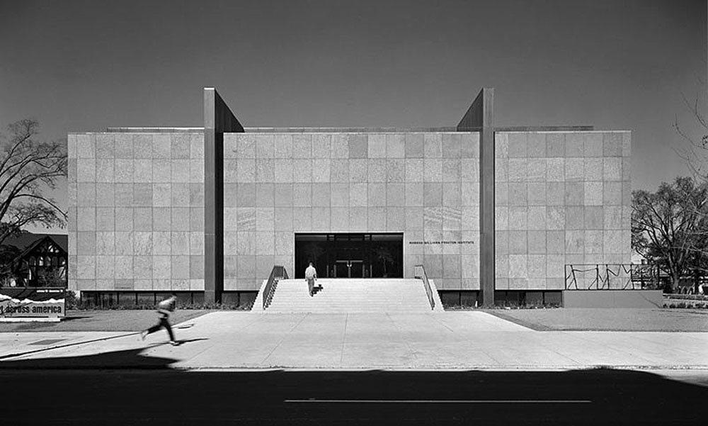 Das Vorbild.  Der granitverkleidete Solitär des Munson-Williams-Proctor Arts Institute  wird durch gewaltige, außenliegende Bronzeträger getragen. Eine symmetrisch angeordnete Freitreppe überbrückt den umlaufenden Lichthof.