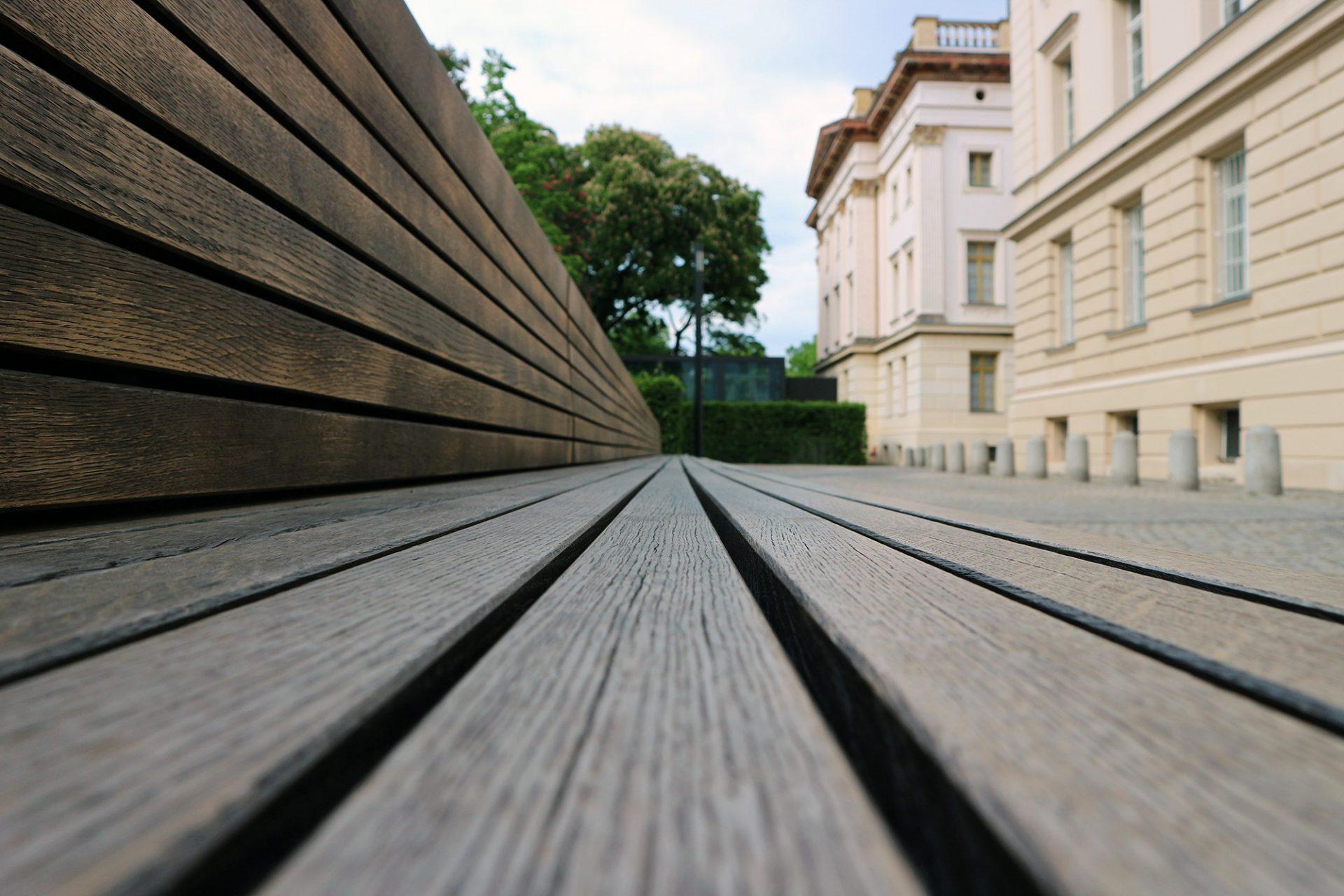 Entspannt.  Langgestreckte Holzbänke rahmen den Park im Osten und Westen.