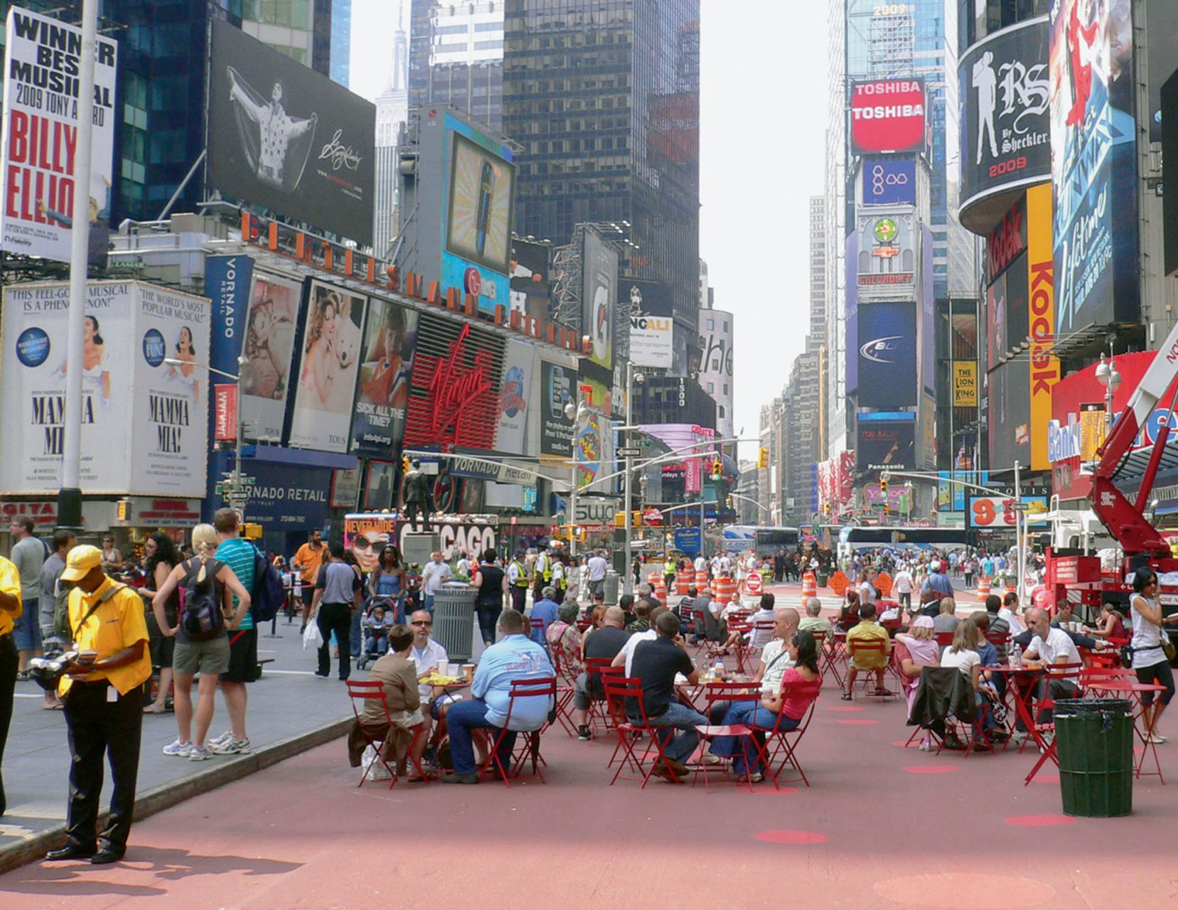 Das menschliche Maß. Seitdem der New Yorker Broadway mit dem Times Square 2009 dauerhaft für den motorisierten Verkehr gesperrt wurde, stehen dem Stadtleben zusätzlich 7000 Quadratmeter attraktive Aufenthaltsfläche zur Verfügung.