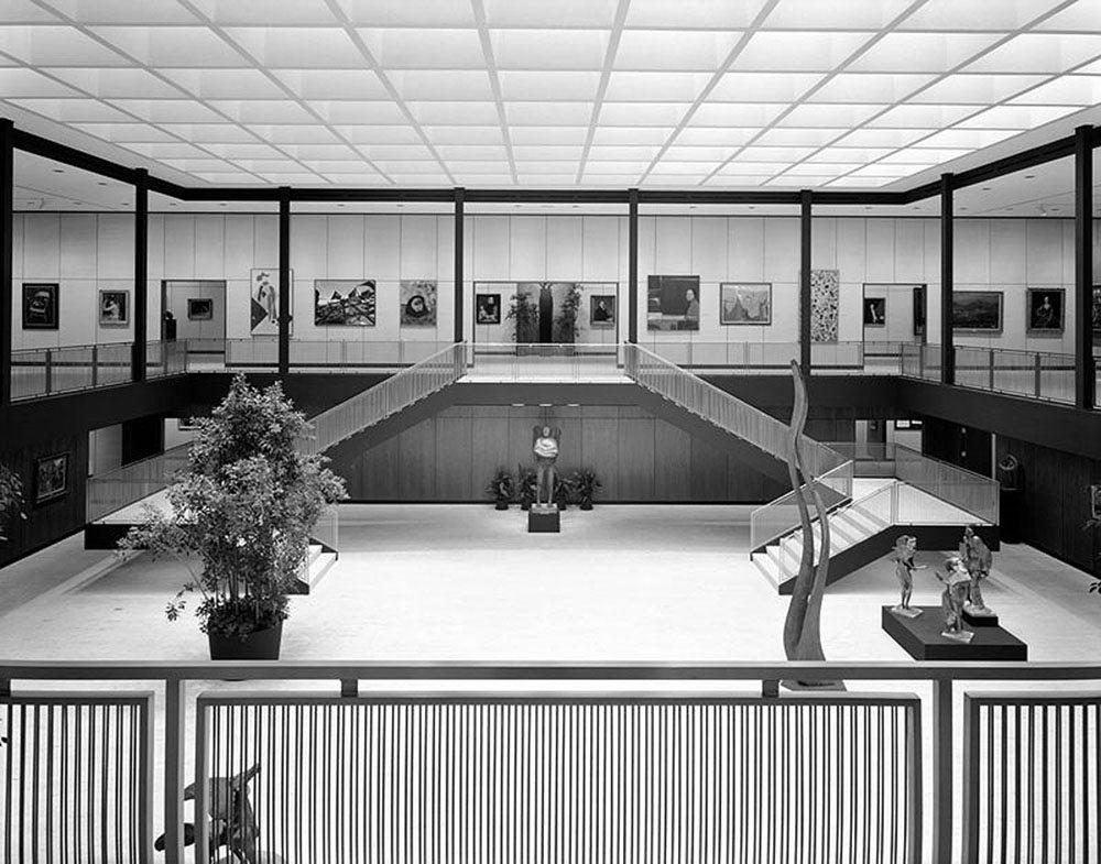 Das Vorbild.  Anklänge der stützenfreien, zweigeschossigen Ausstellungshalle mit Galerie und Oberlicht lassen sich auch im Haus der Ostwestfalen-Metropole finden.