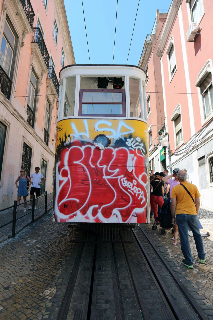 Ascensor da Gloria. Die 1885 eröffnete Bahn überwindet eine Höhendifferenz von 48 Metern auf einer Länge von 265 Metern.