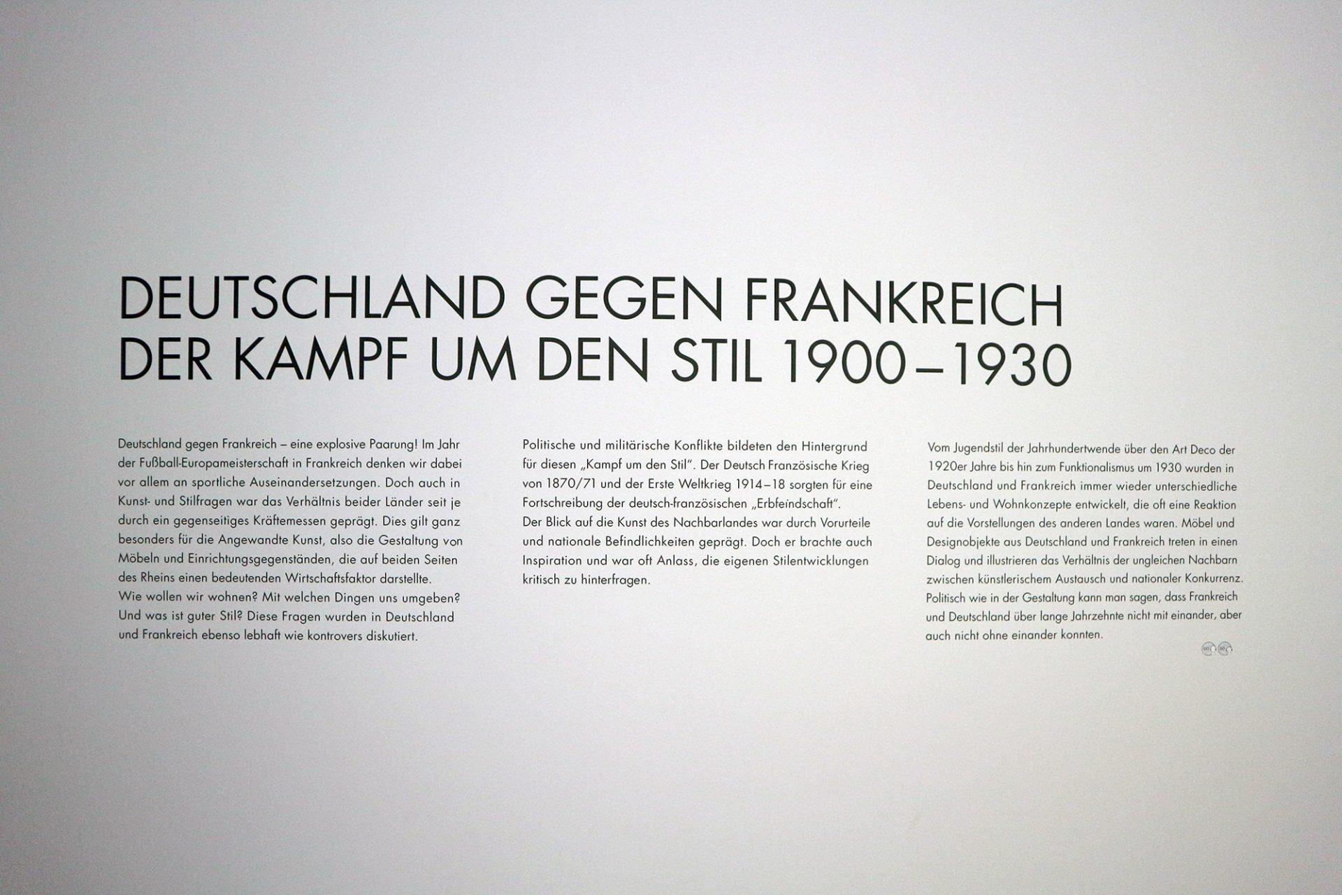 Stilkampf. Die Ausstellung führt vom Jugendstil um 1900 über den Art déco der Zwanzigerjahre bis hin zum Funktionalismus.