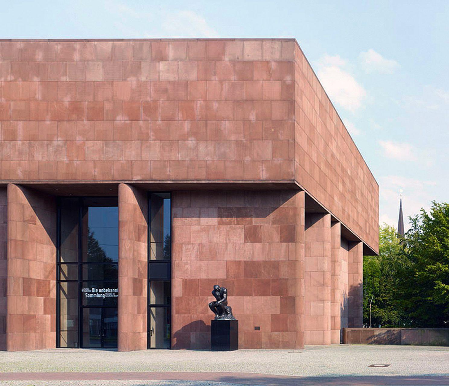 Die Hülle.  Philip Johnson und Museumsdirektor von Moltke entdeckten den roten Main-Sandstein an einem Bankgebäude in der Nähe des Bauplatzes und entschieden sich, diesen auch für die Kunsthalle zu verwenden.