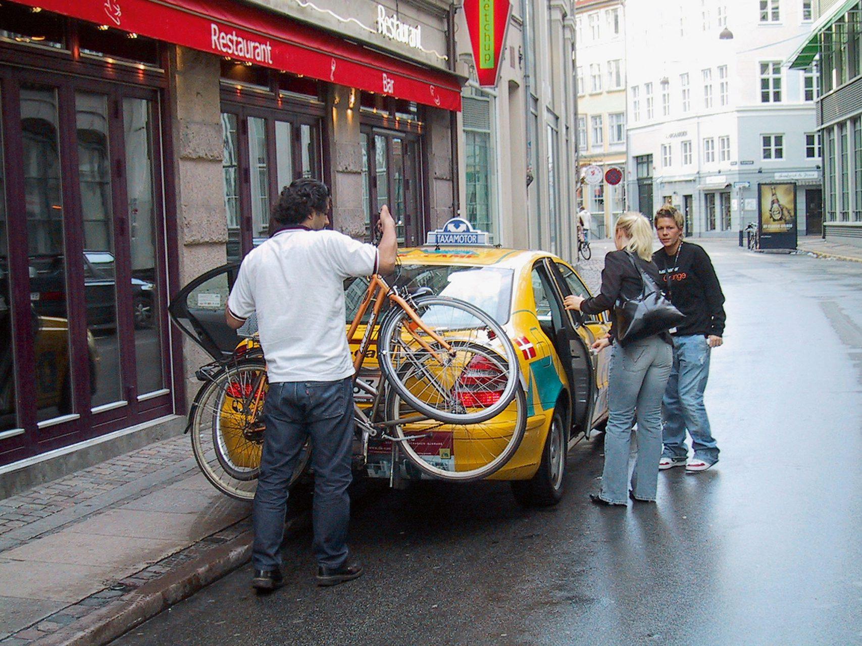 Die Stadt auf Augenhöhe.  Die kombinierte Nutzung von Rad, öffentlichen Verkehrsmitteln und Taxis erleichtert das Pendeln in der Stadt.