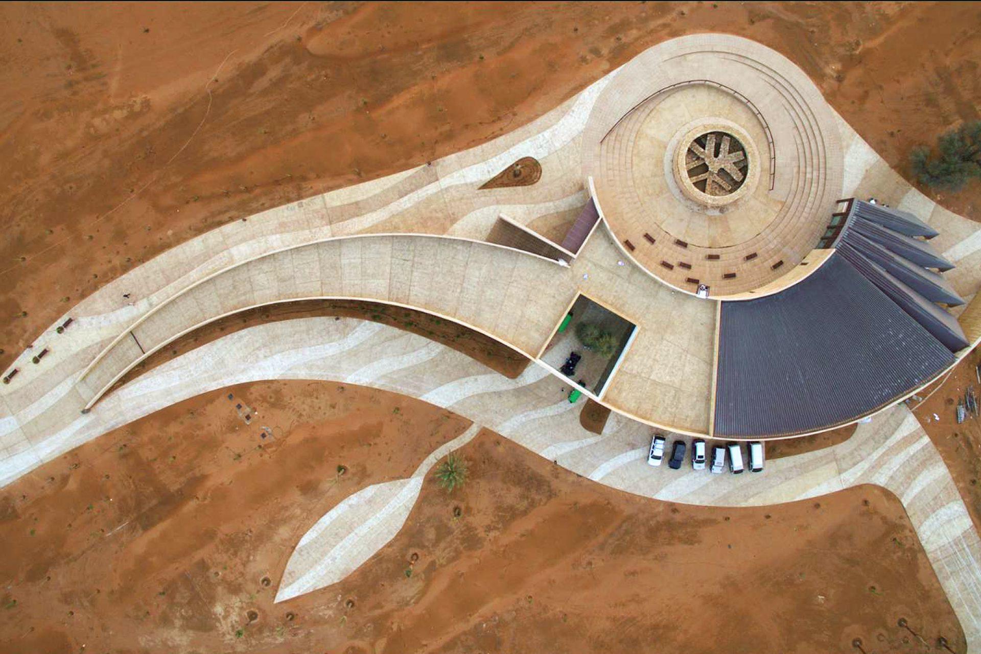 Mleiha Archaeological Centre. Die Wandscheiben lenken die Besucher durch die Ausstellung, zu den Aussichtspunkten und umschließen die Grabstätte.