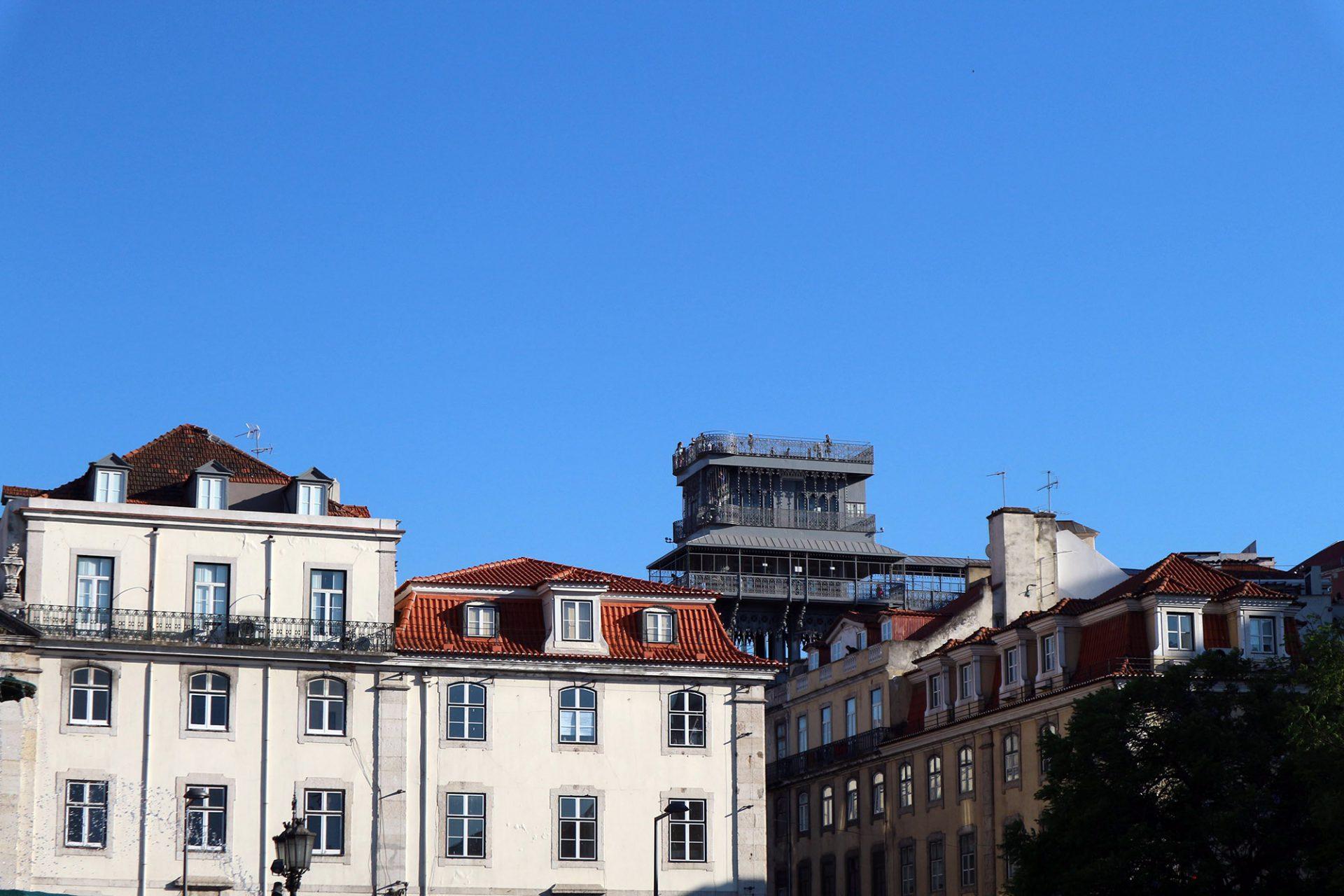 Elevador de Santa Justa.  Das Wahrzeichen Lissabons über den Dächern der Stadt.
