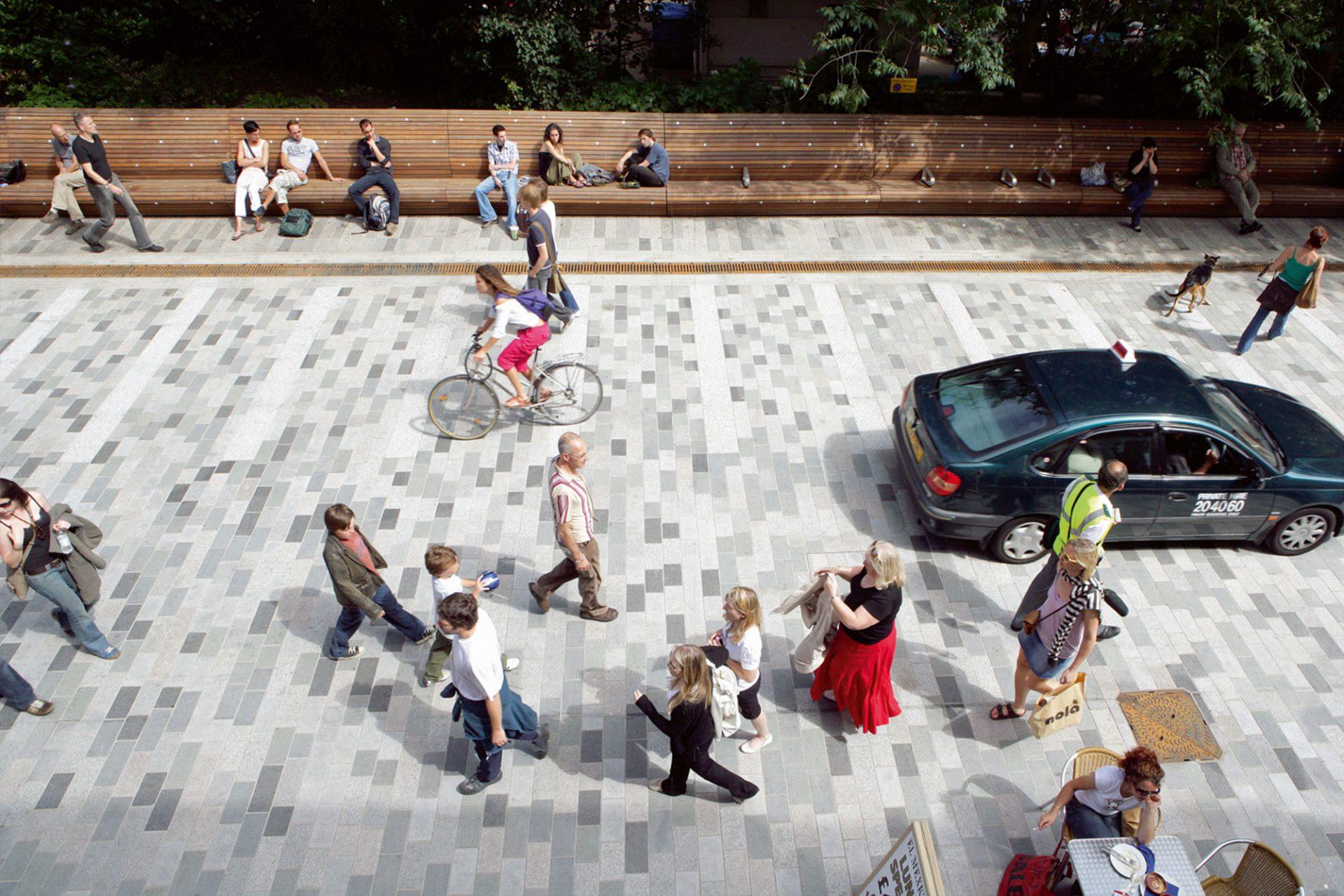 """Werkzeuge.  Straßen, in denen Fußgänger """"Vorfahrt"""" haben, sind beliebter und können für unterschiedliche Aktivitäten genutzt werden."""