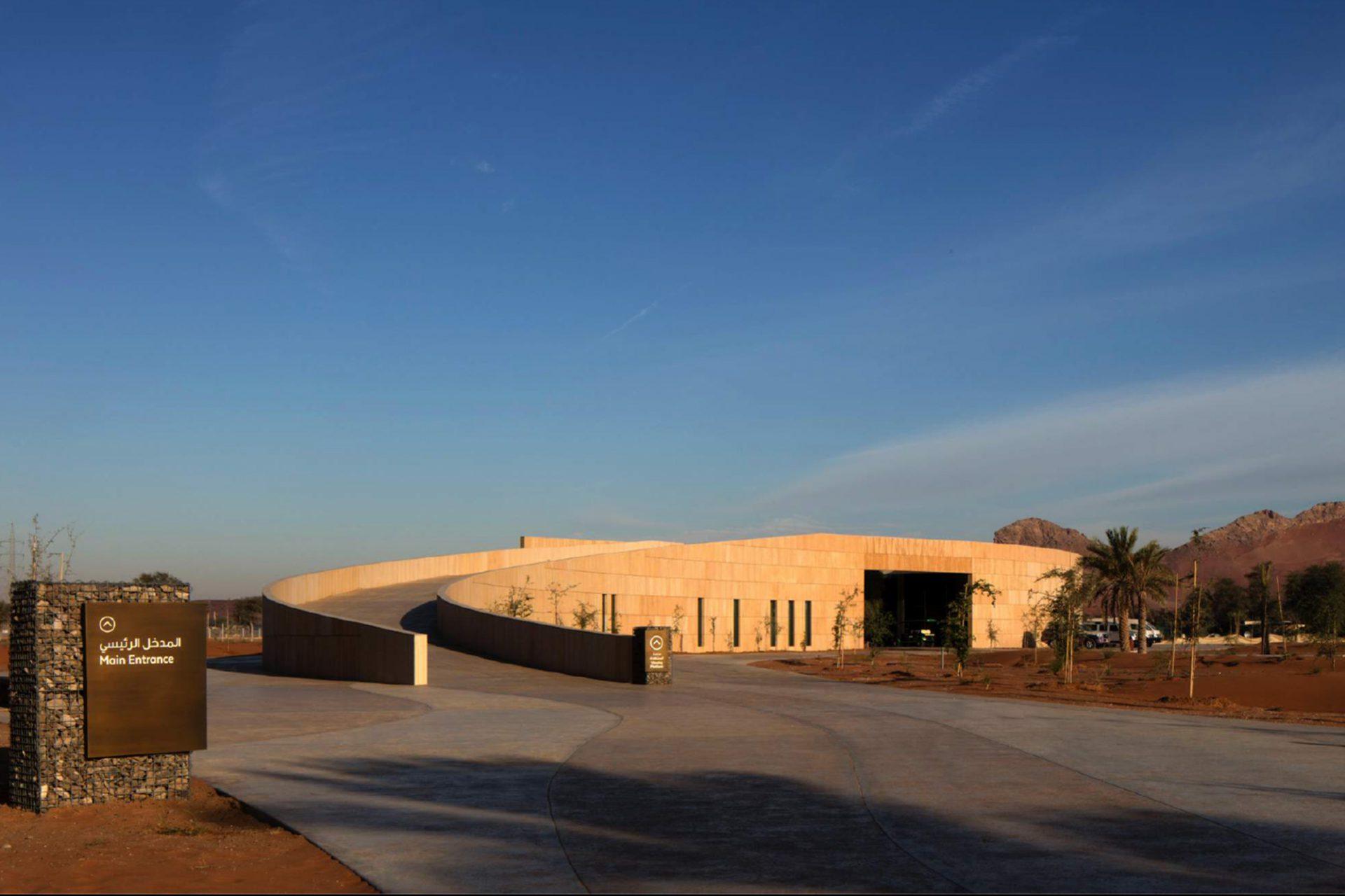 Mleiha Archaeological Centre. Eine Rampe führt auf die Aussichtsplattform.