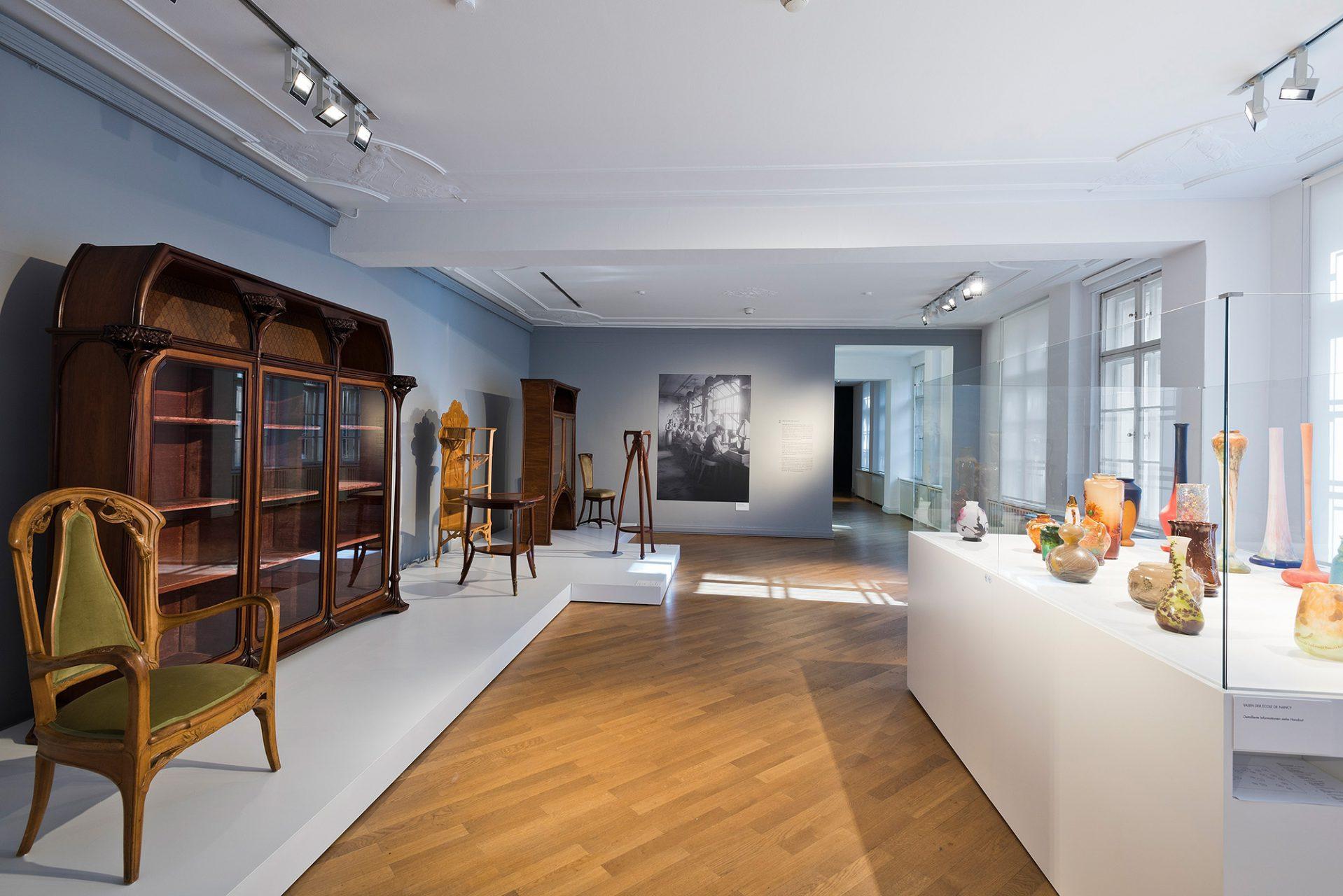 École de Nancy.  Die Gruppe des 1901 gegründeten Zusammenschlusses aus Künstlern, Kunsthandwerkern und Architekten spiegelte ihre Naturbegeisterung in ihren Entwürfen. Sie waren zu dieser Zeit führend in der Entwicklung der industrialisierten Kunstproduktion, besonders im Bereich der Glaskunst.