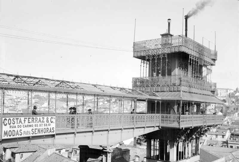 Elevador de Santa Justa um 1900.  Bis 1907 war der Antrieb des Seilzugs noch dampfbetrieben. Danach wurde er durch Elektromotoren ersetzt.