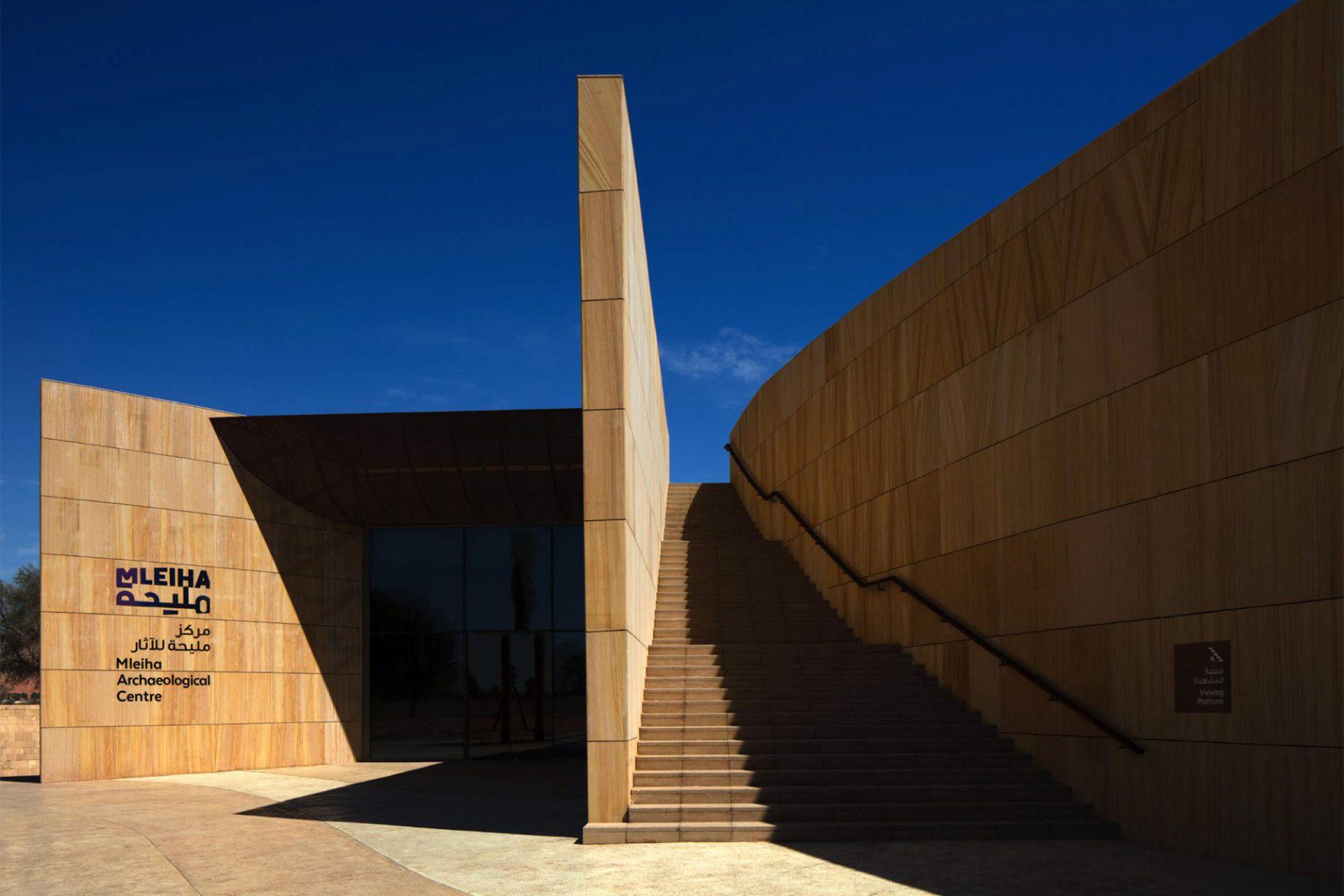 Mleiha Archaeological Centre. Neben dem Haupteingang führt zusätzlich eine Treppenanlage auf das Dach.