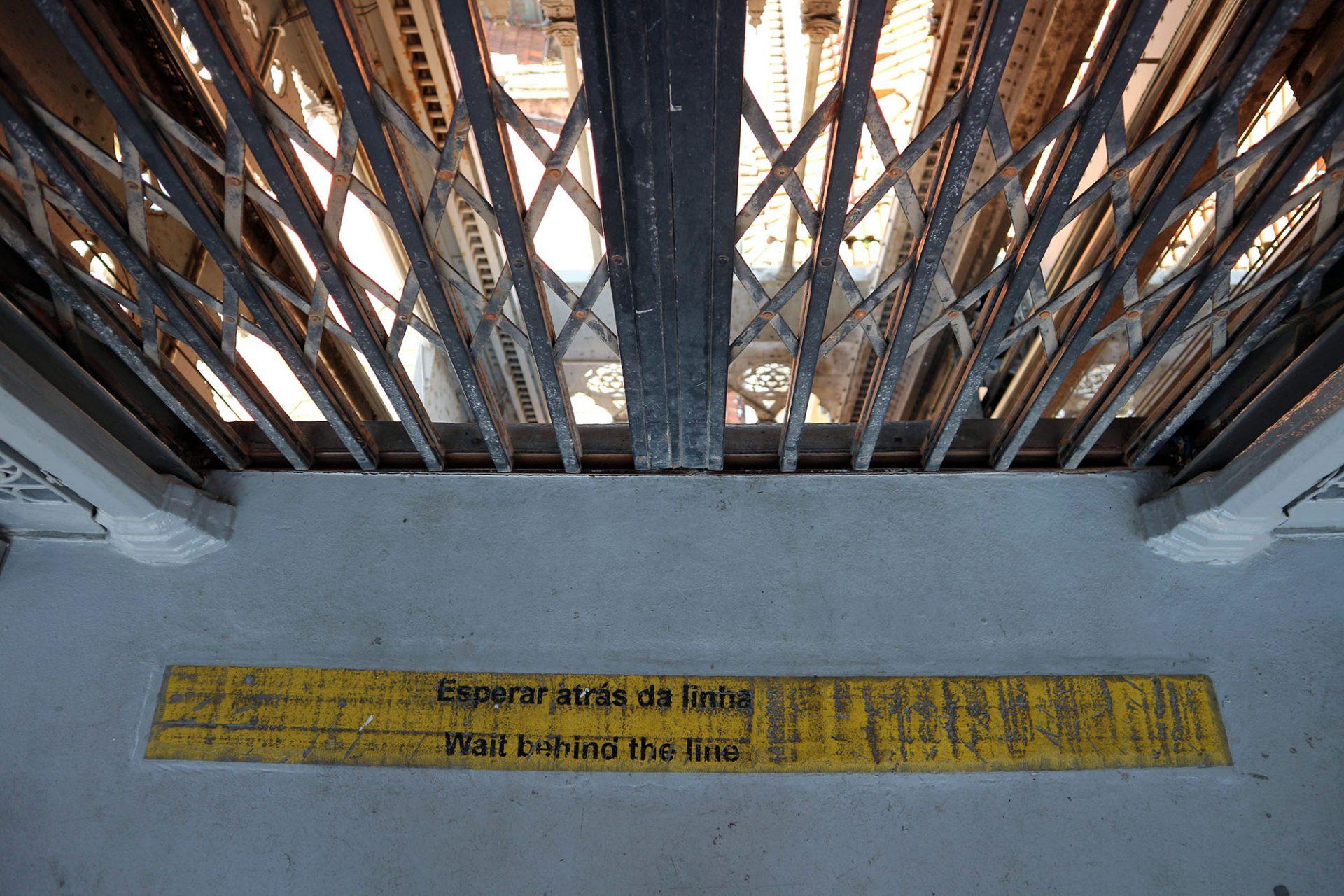 Elevador de Santa Justa.  Stählerne Scherentüren schützen den Aufzugsschacht.