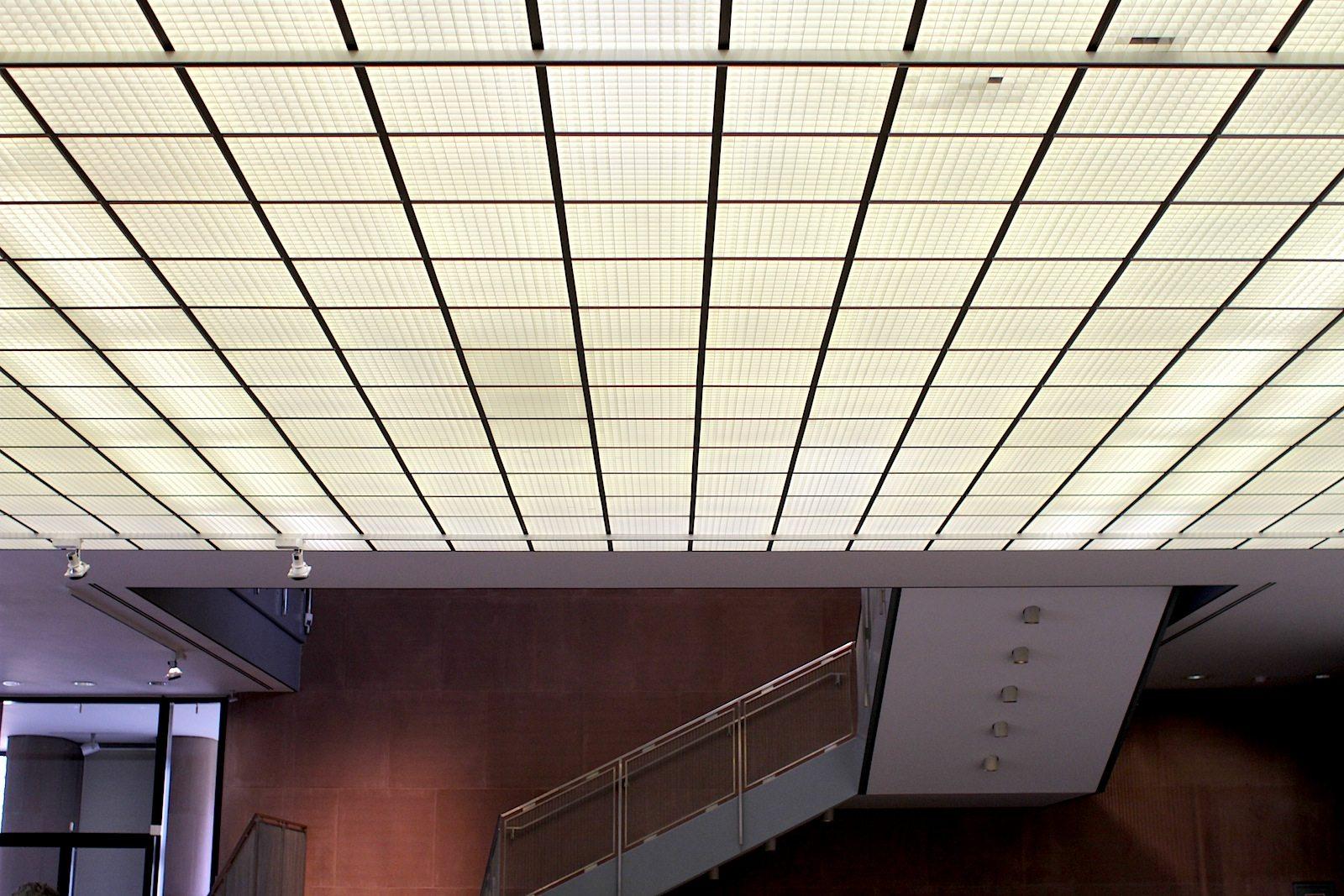 Das Foyer.  Lichtdecken sorgen im weiträumigen Foyer und auf allen Ausstellungsebenen für eine gleichmäßige Ausleuchtung.