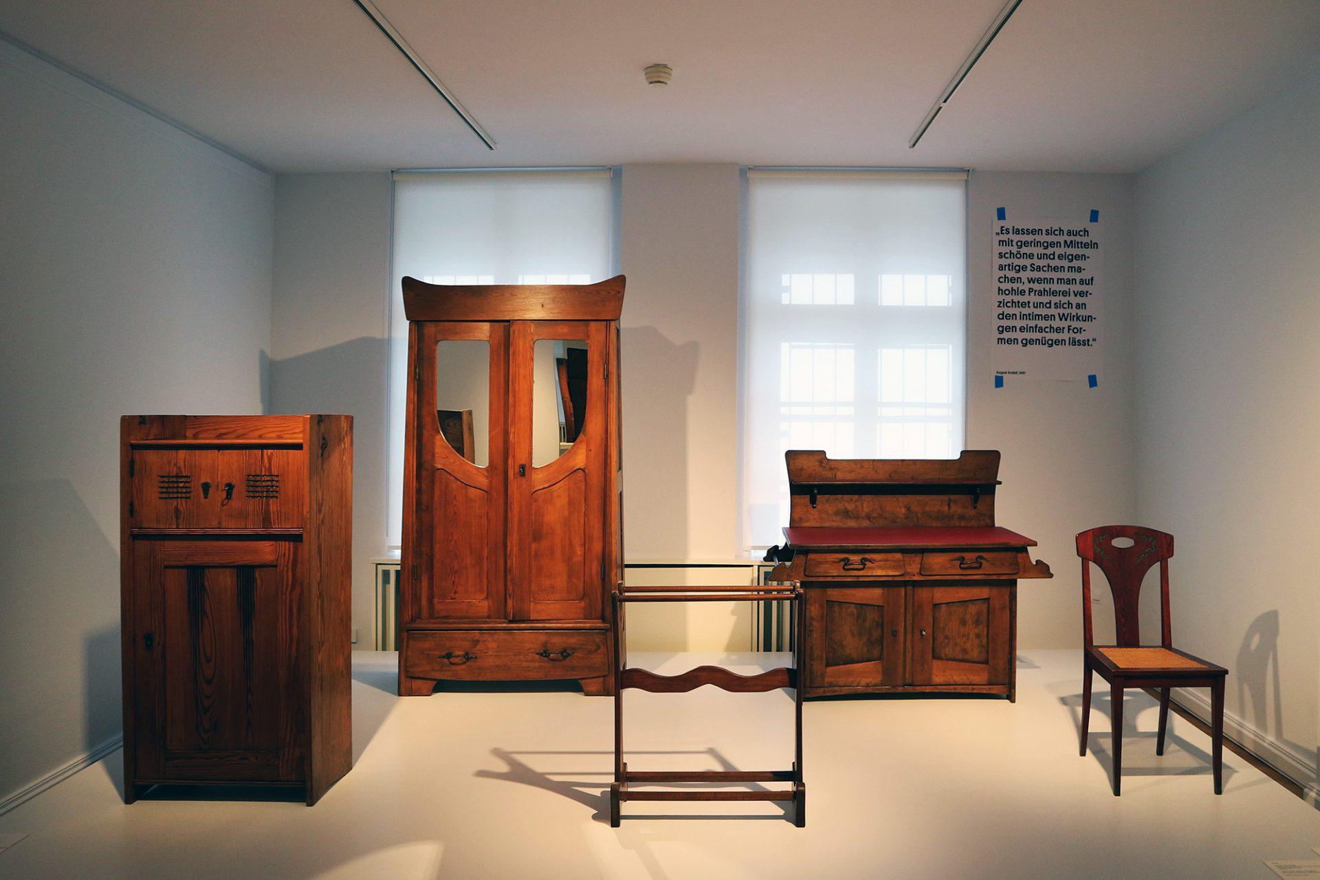 August Endell. Für das Nordsee-Sanatorium in Wyk auf Föhr entwarf er nicht nur das Gebäude, sondern auch die Ausstattung, von der einzelne Stücke in der Ausstellung zu sehen sind.