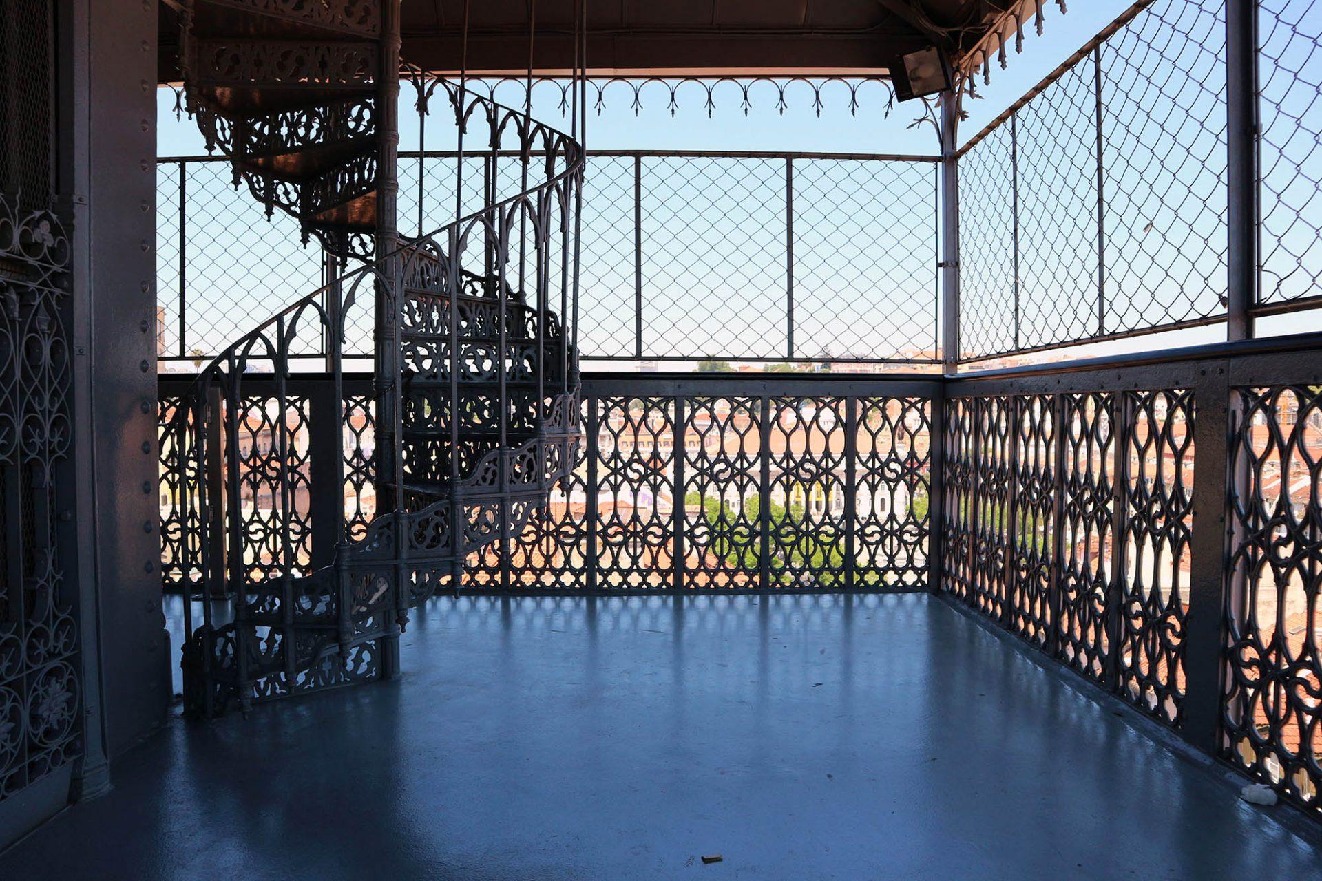 Elevador de Santa Justa.  Reich verzierte Wendeltreppen führen zum höher gelegenen Café mit Aussichtsplattform.