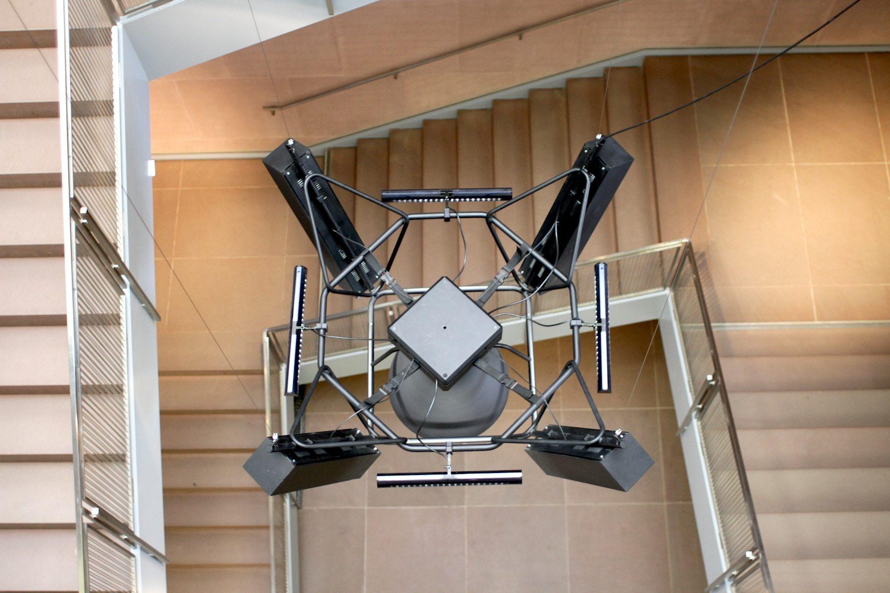 Der Treppenraum.  Das umlaufende Brüstungsgeländer aus feinem Edelstahl ist noch im Original erhalten.