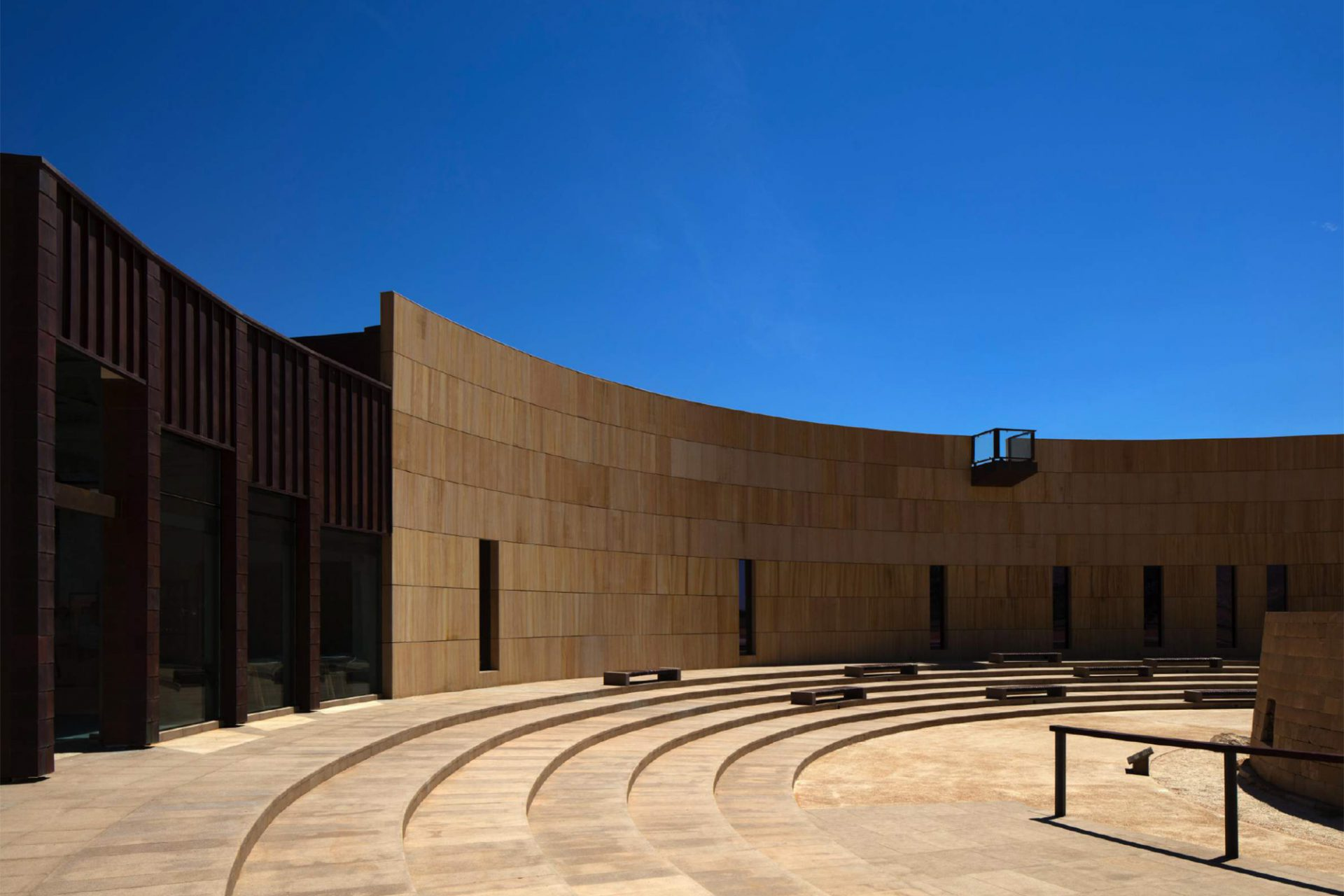 Mleiha Archaeological Centre. Der kleine Austritt auf dem Dach ist zum Grabmal hin ausgerichtet. Stufen und Bänke umkreisen die historische Stätte.